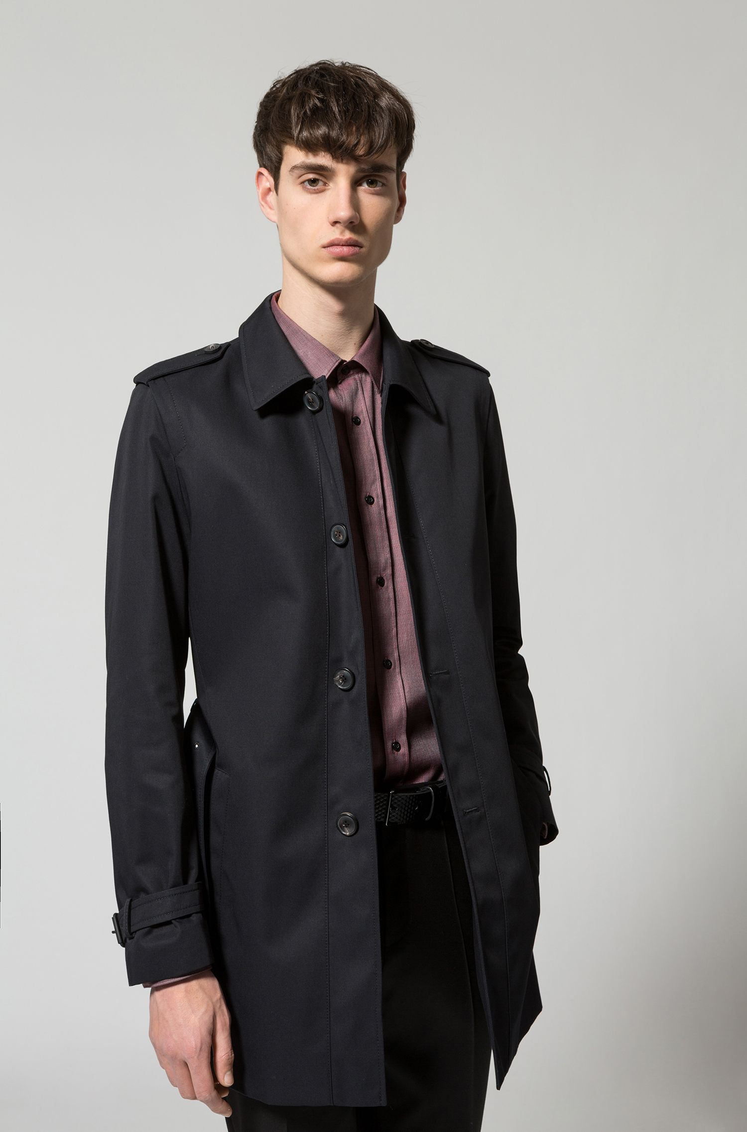 Slim-Fit Mantel aus wasserabweisendem Material-Mix mit Baumwolle und Gürtel