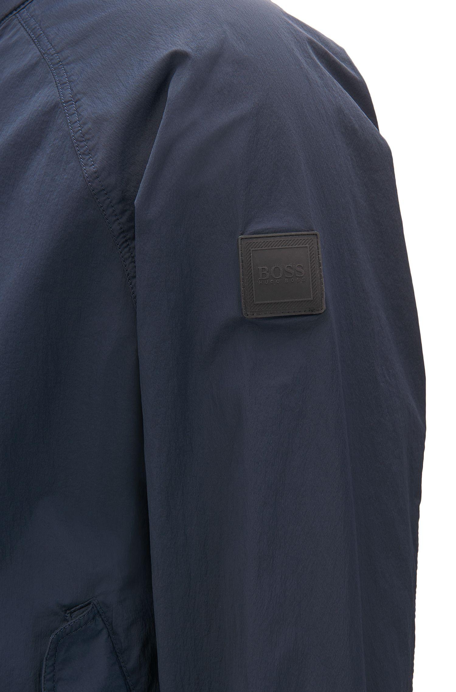 Cazadora ligera en tejido elástico con efecto de arrugas