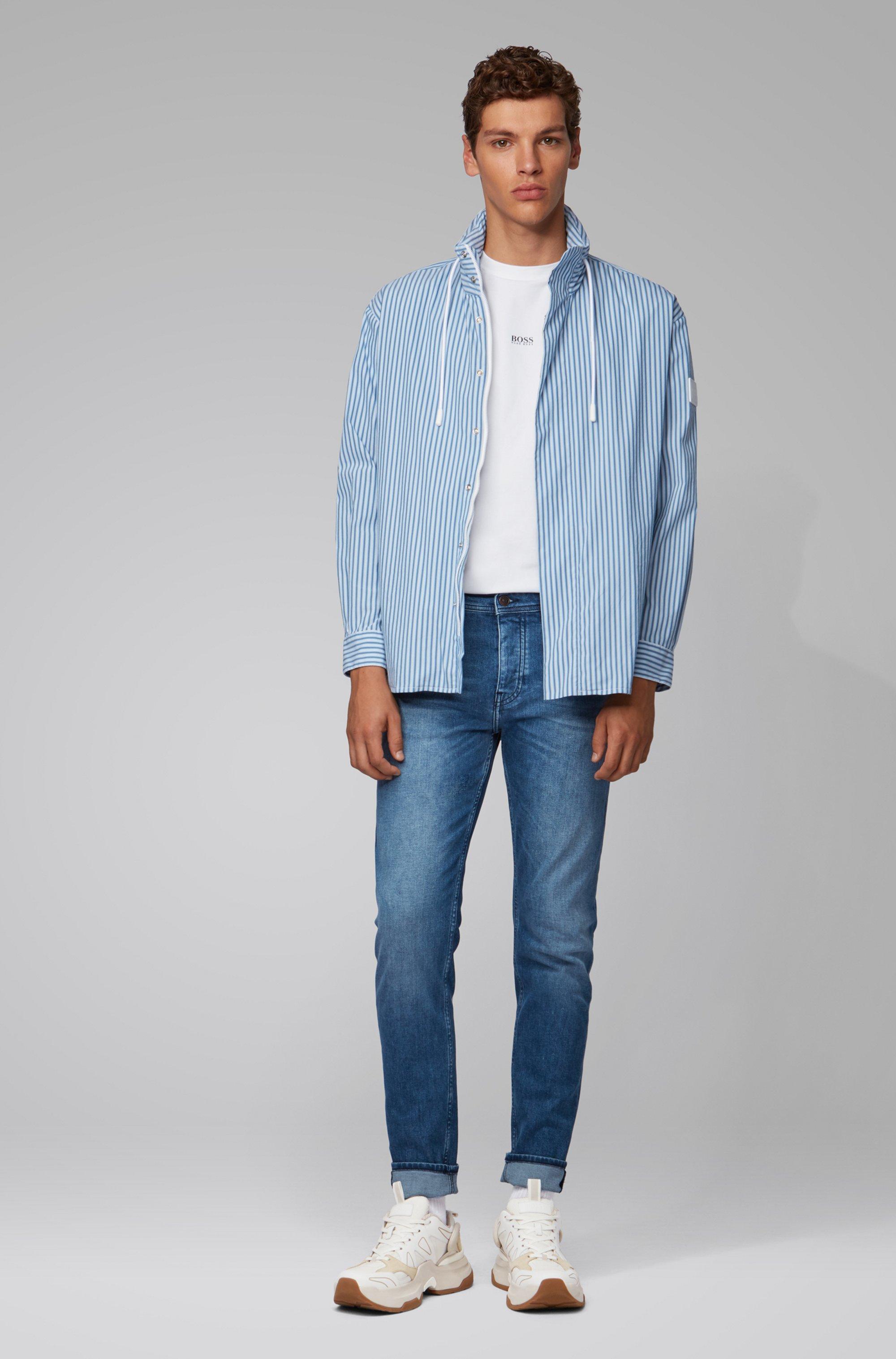Jeans dal fit affusolato in comodo denim elasticizzato blu acceso