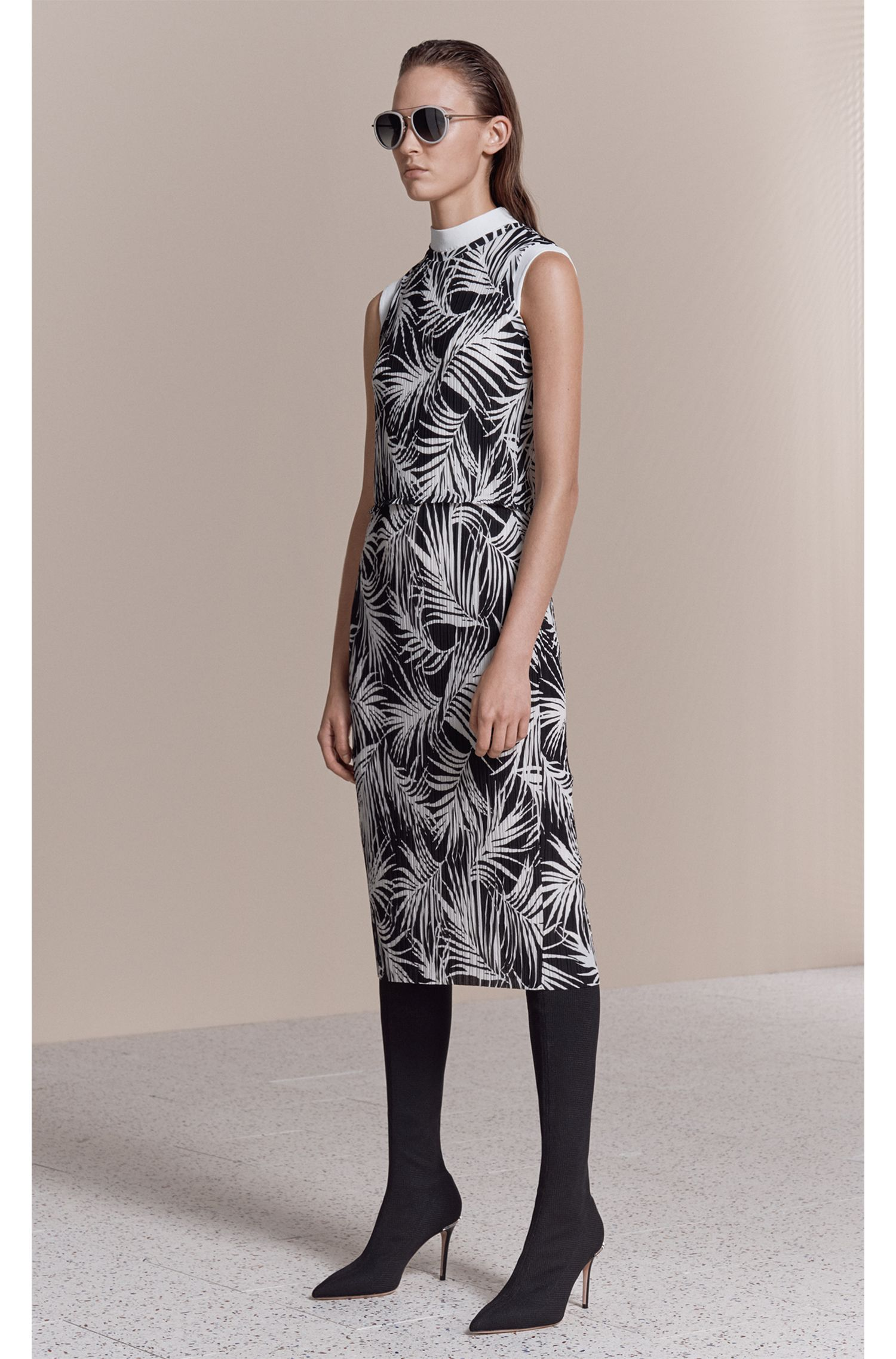 Slim-fit pleated dress with all-over print