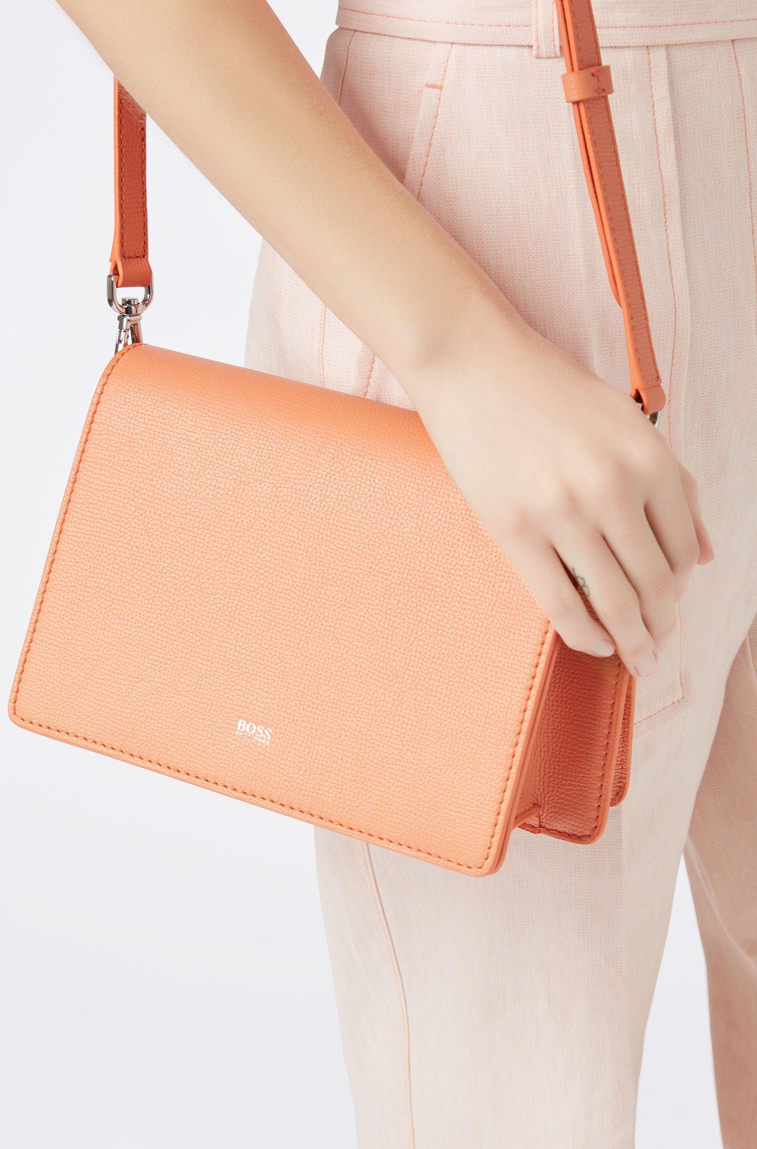 Umhängetasche aus genarbtem italienischem Leder, Orange