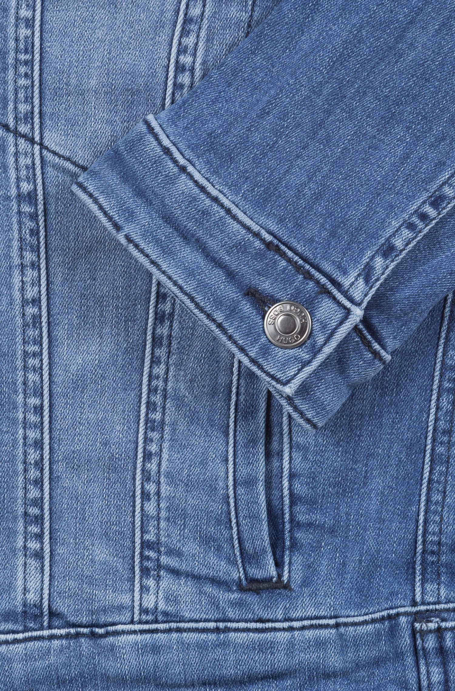 Cazadora vaquera slim fit con bolsillos de botones en el pecho