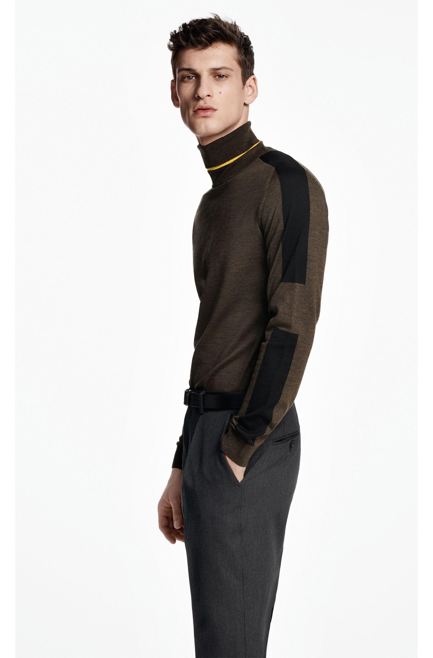 Maglione con colletto a tartaruga in lana merino a blocchi di colore realizzata in Italia, Calce
