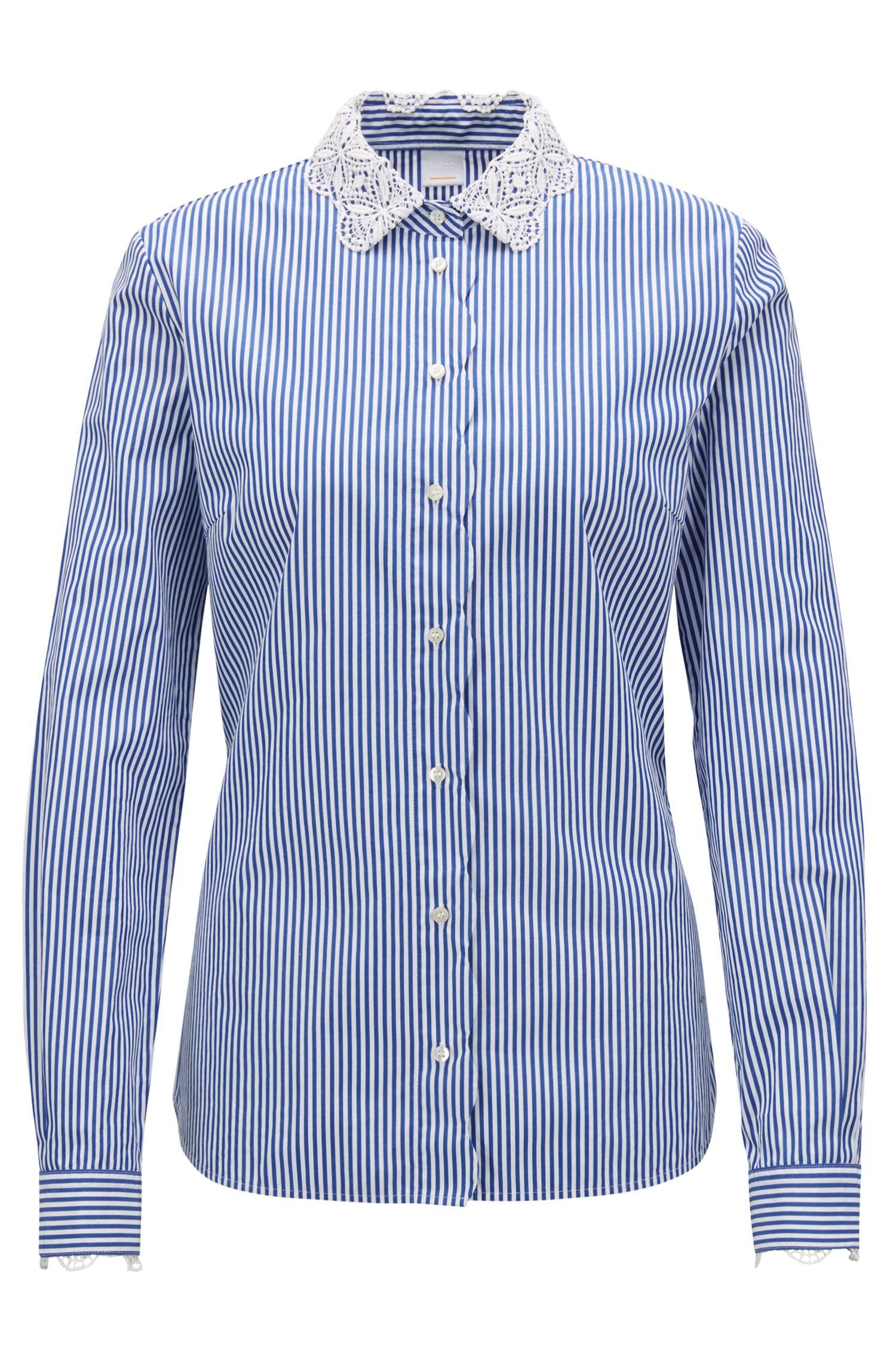 Gestreepte blouse van katoen met geschulpte kantdetails, Blauw