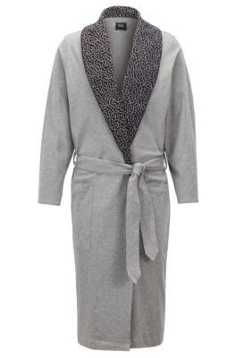 Morgenmantel aus Baumwolle mit bedrucktem Revers im Stil von Anni Albers, Grau