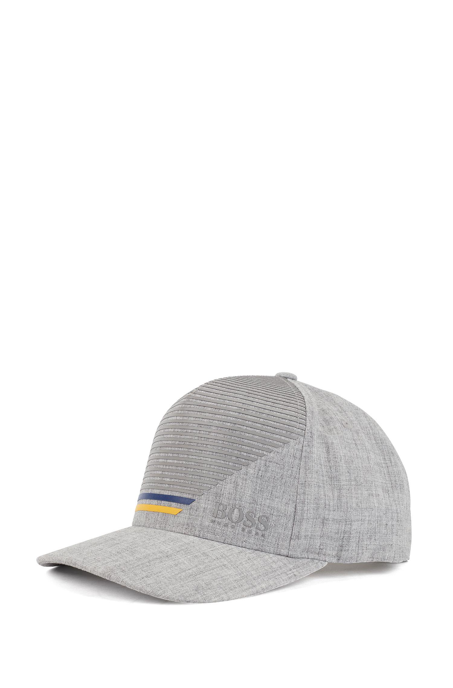 Gorra con cierre en la nuca en tejido elástico con estampado de rayas