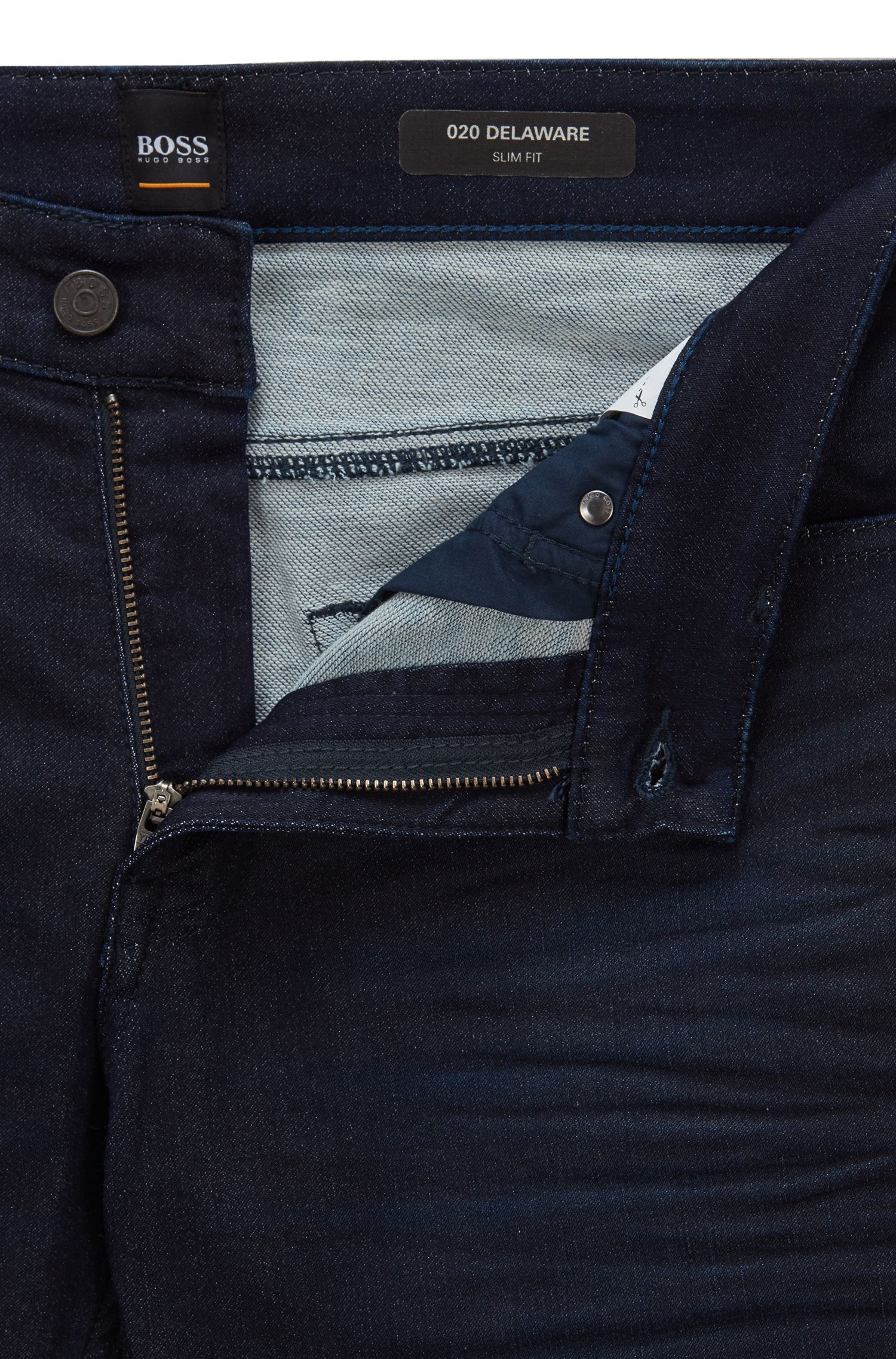 Jeans slim fit in denim elasticizzato rivestito in resina, Blu scuro