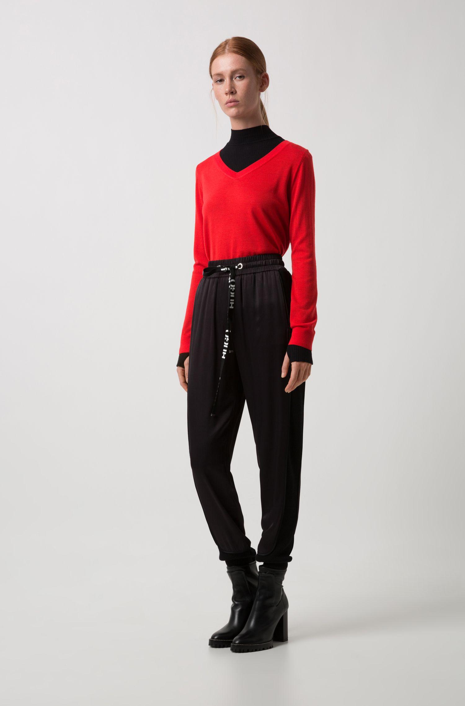 Jersey en lana de merino extrafina con el cuello en pico, Rojo