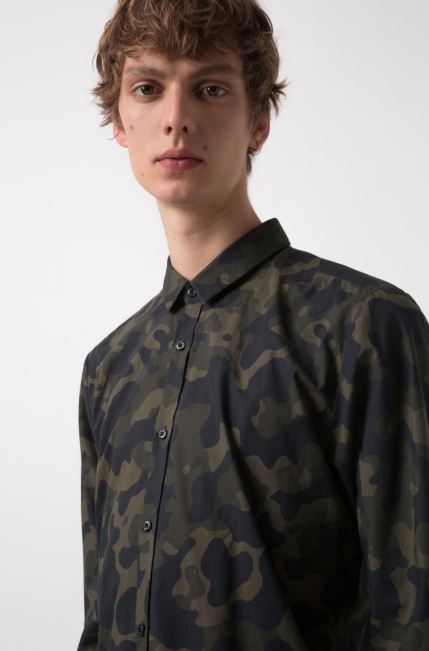 Camisa extra slim fit de algodón con estampado de camuflaje, Verde oscuro
