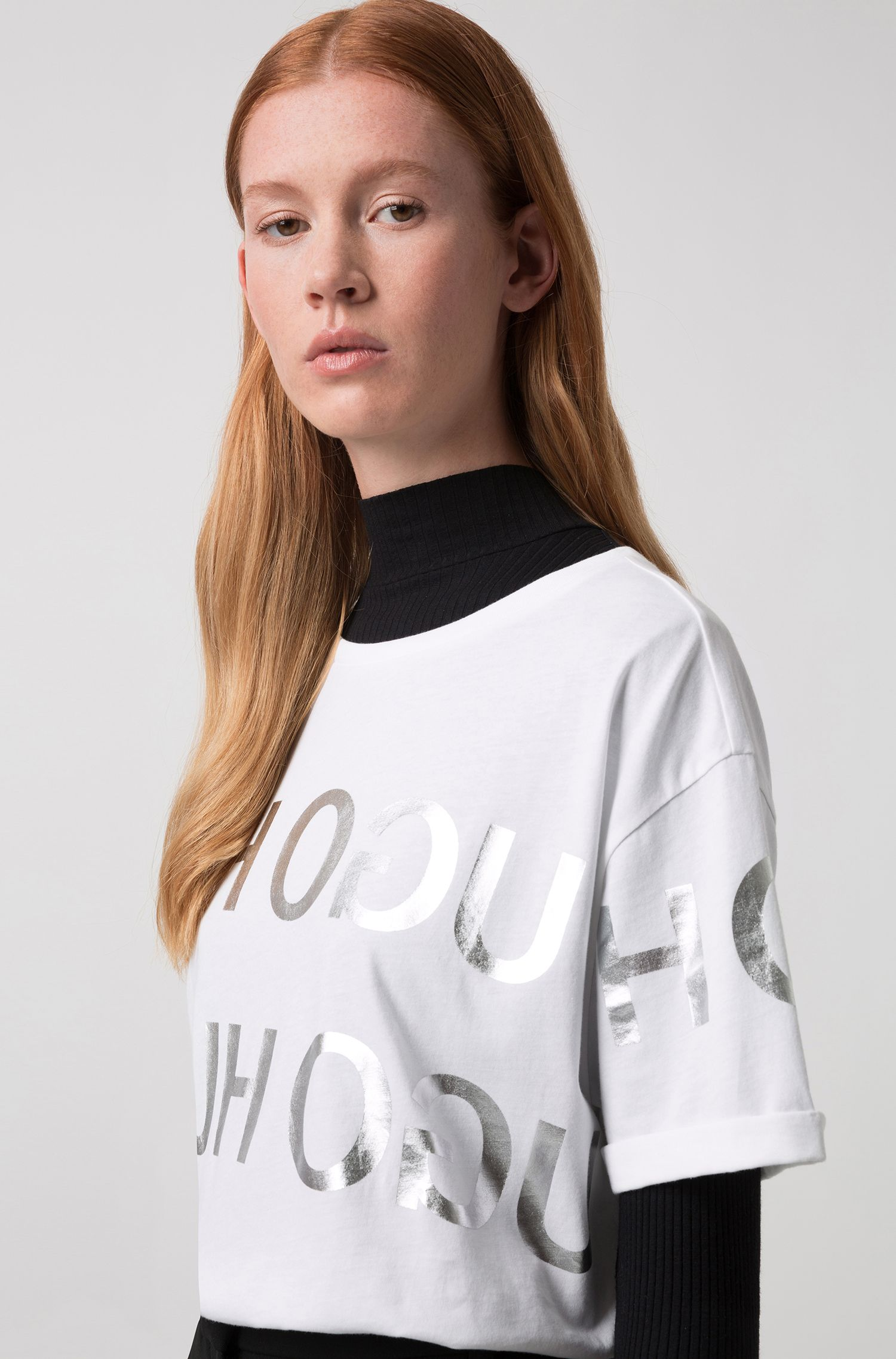 T-Shirt aus Jersey mit Reversed-Logo in Folien-Optik, Gemustert