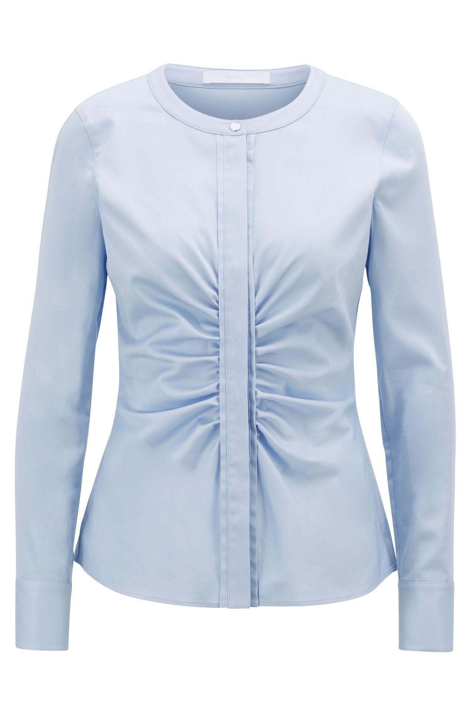 Kraagloze blouse van stretchsatijn met ruchedetail, Lichtblauw