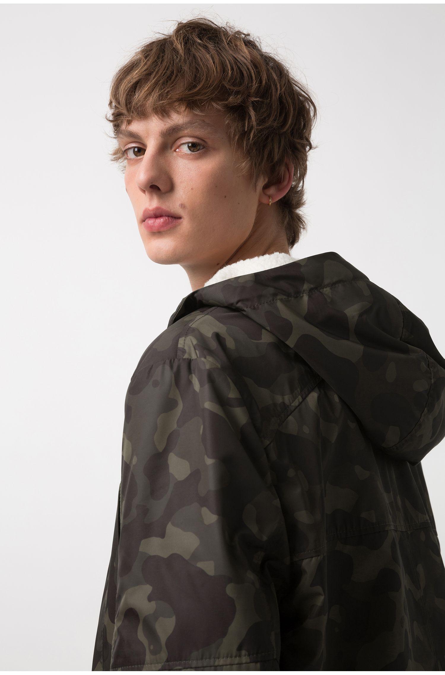 Cappotto con stampa camouflage con fodera interna in shearling sintetico rimovibile, Verde scuro
