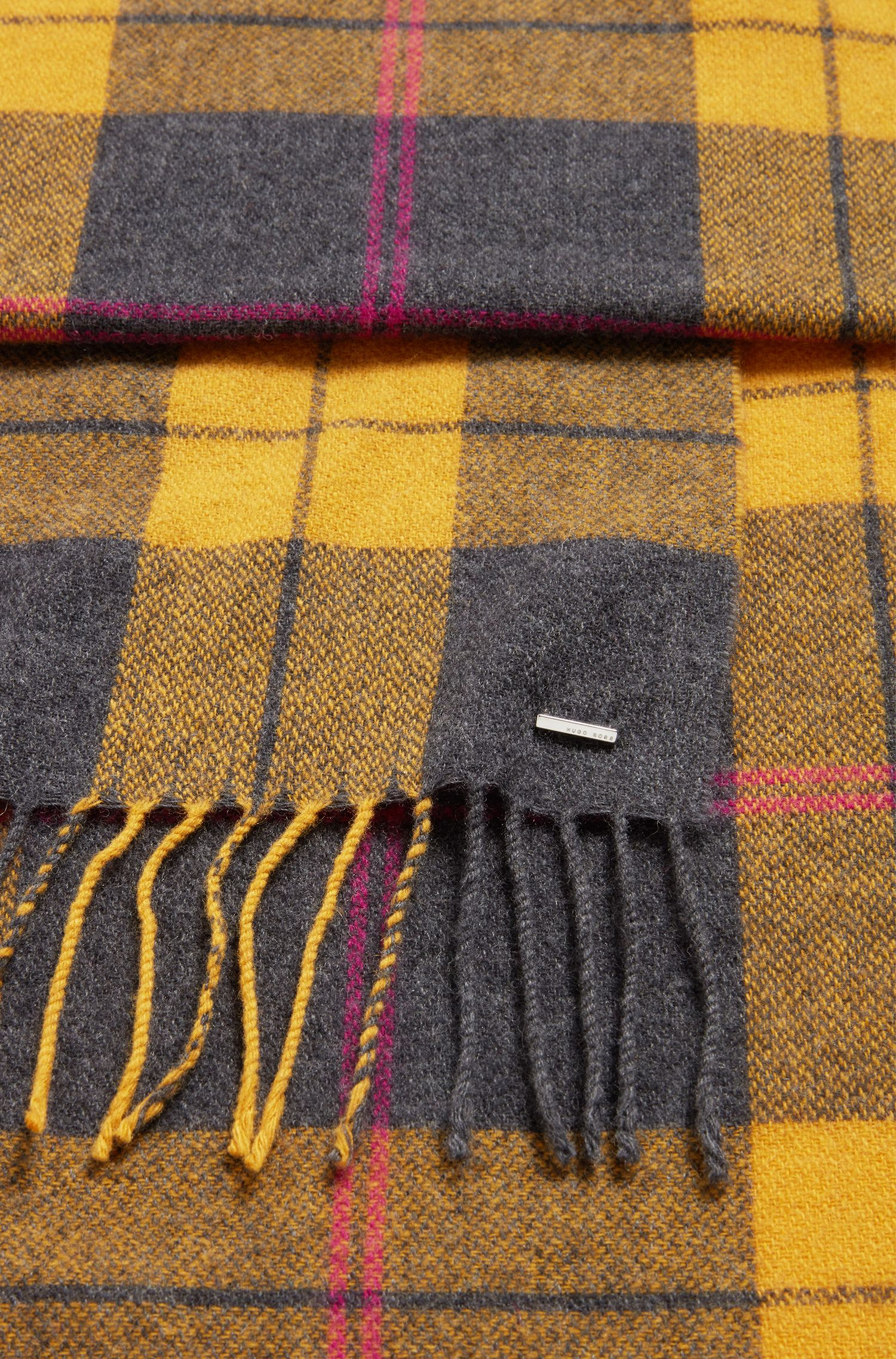 Checked scarf in a wool blend with fringed edges