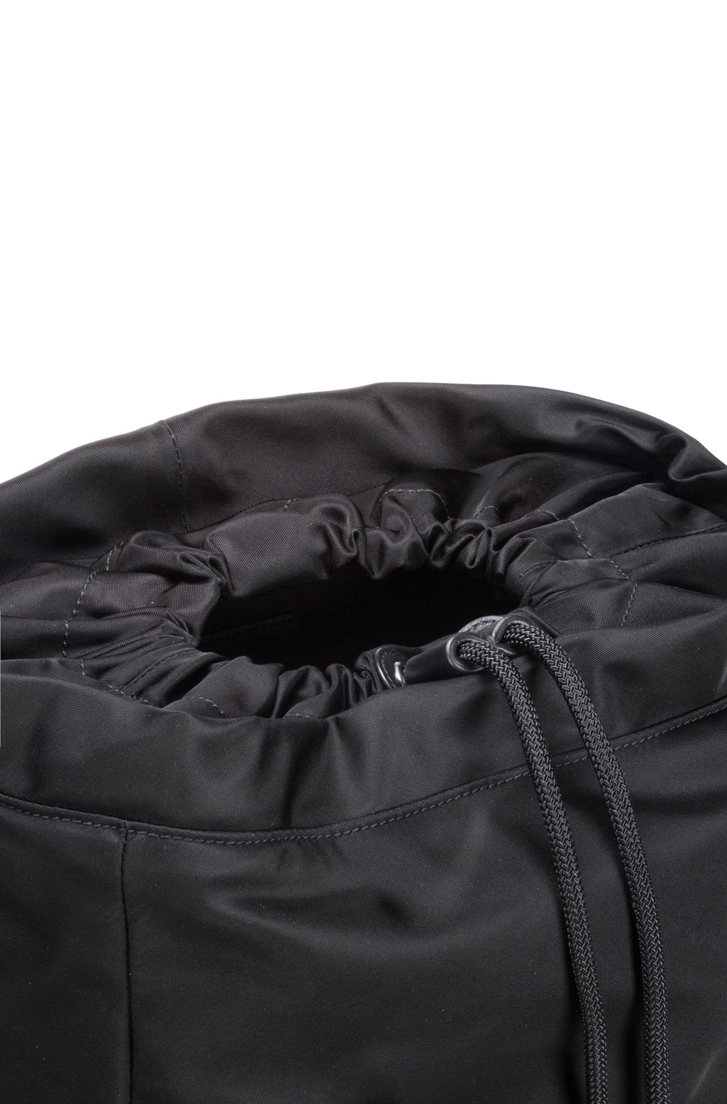 Rugtas in een gabardine van technisch materiaal met leren garneersels, Zwart
