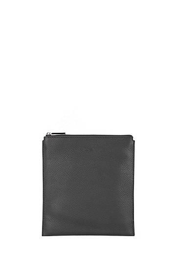 Artikel klicken und genauer betrachten! - Kompakte BOSS Tasche f?r jeden Tag. Die Herren-Tasche im Kuvert-Stil ist aus italienischem Leder mit nat?rlicher Narbung gefertigt und besitzt einen verstellbaren Riemen sowie ein Innenfutter aus softer Baumwolle. Eine Logo-Pr?gung verleiht dem Style einen puristischen Markenhinweis. Die Ma?e: 26,0?x?24,0?Zentimeter.   im Online Shop kaufen