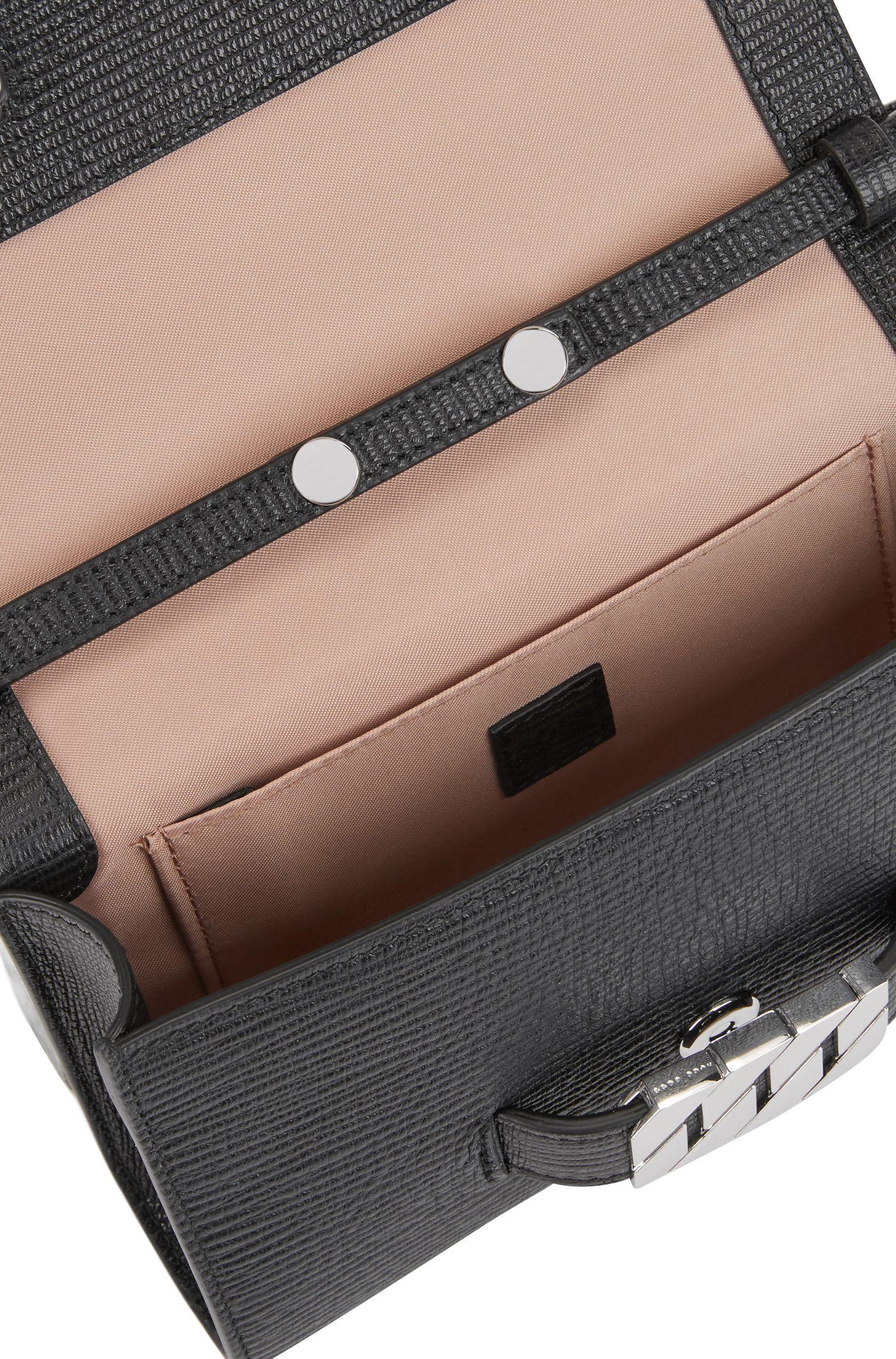 Clutch aus italienischem Leder mit charakteristischen Metall-Details