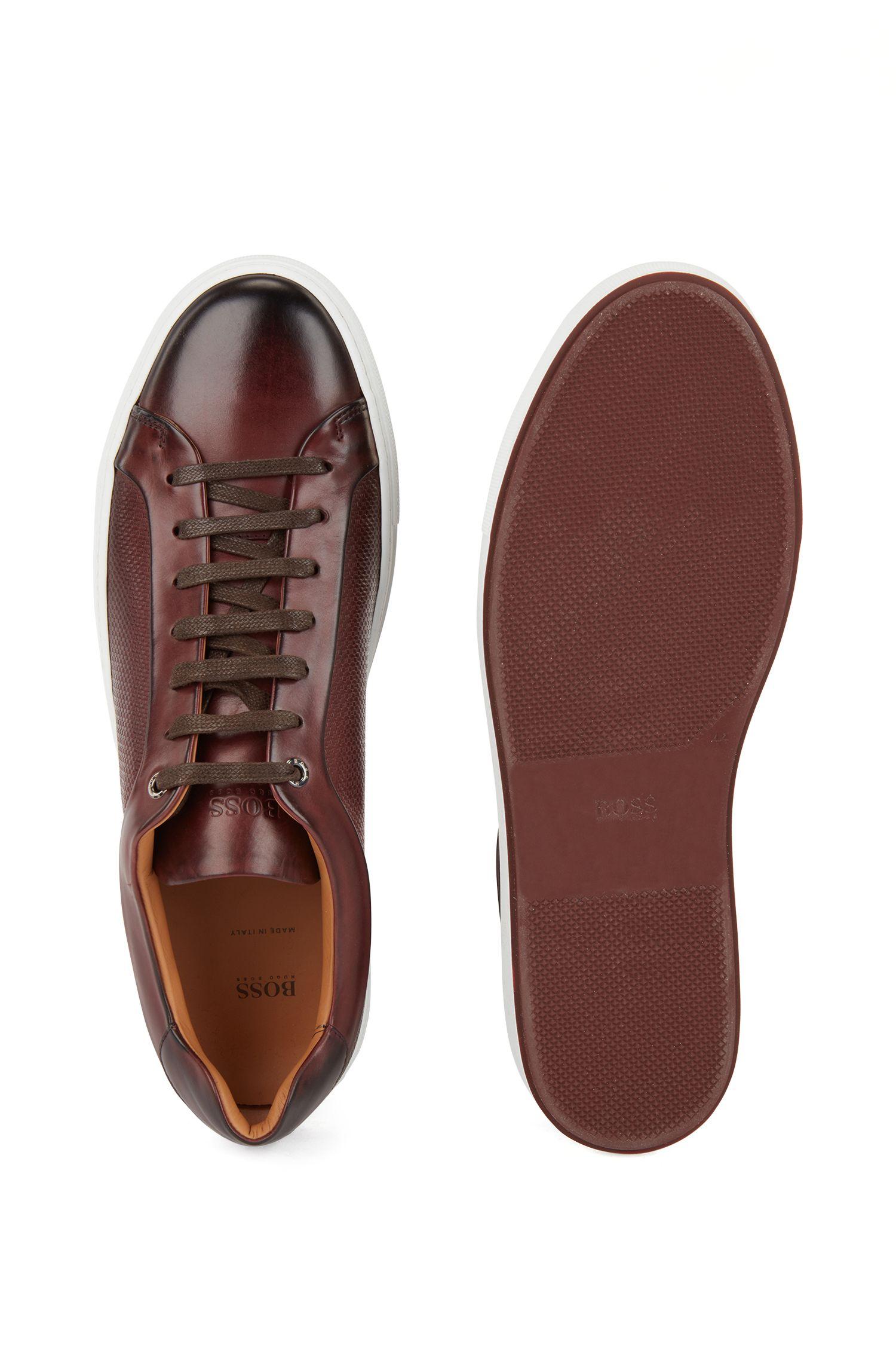 Zapatillas de tenis de piel de becerro con paneles de monogramas grabados, Rojo oscuro