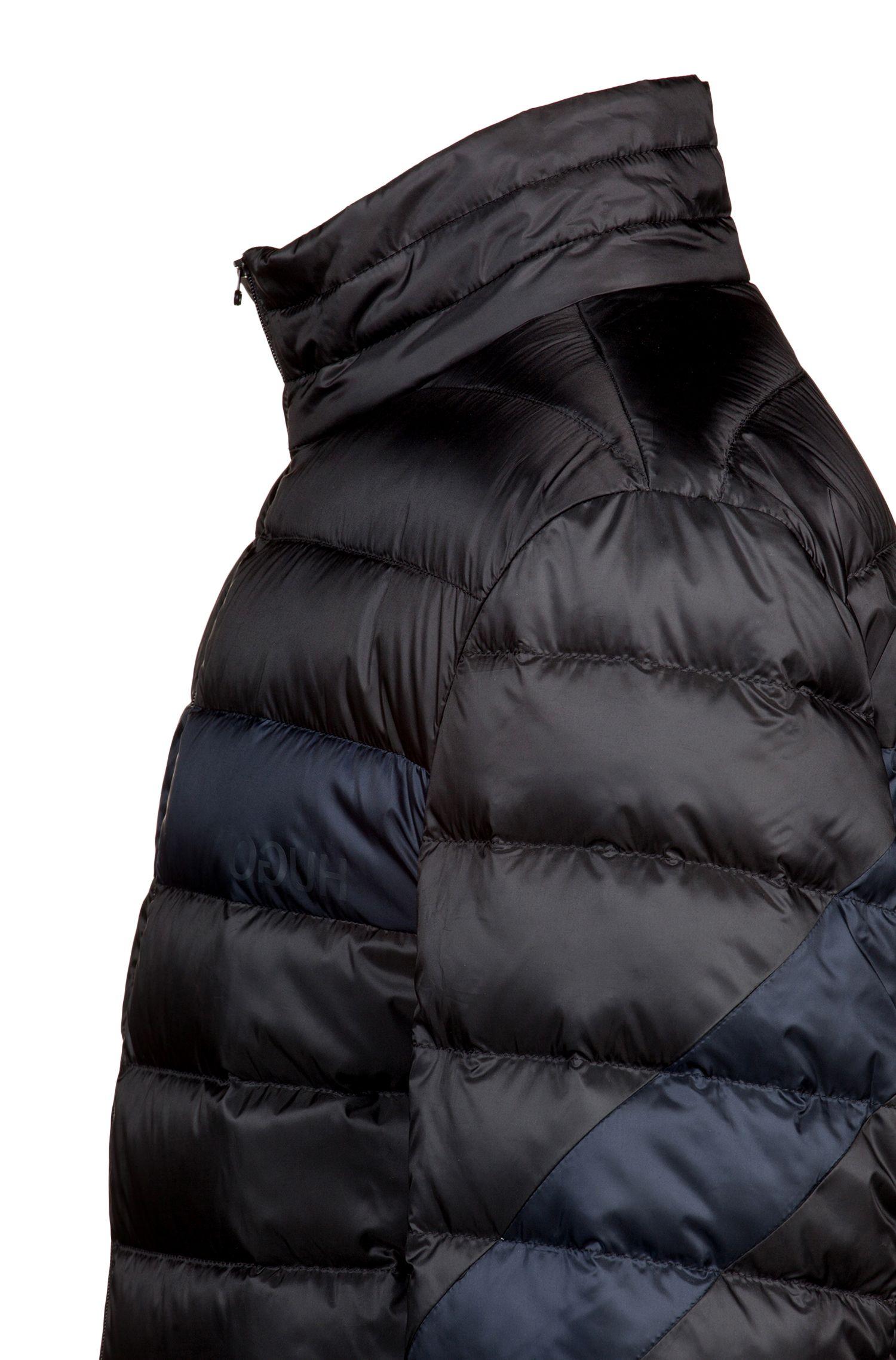 Leichte Daunenjacke mit Kontrast-Absteppung und spiegelverkehrtem Logo, Schwarz