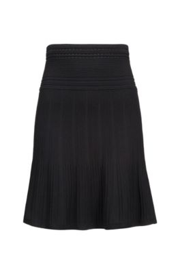 Mixed-structure knitted skirt with adaptable waistband