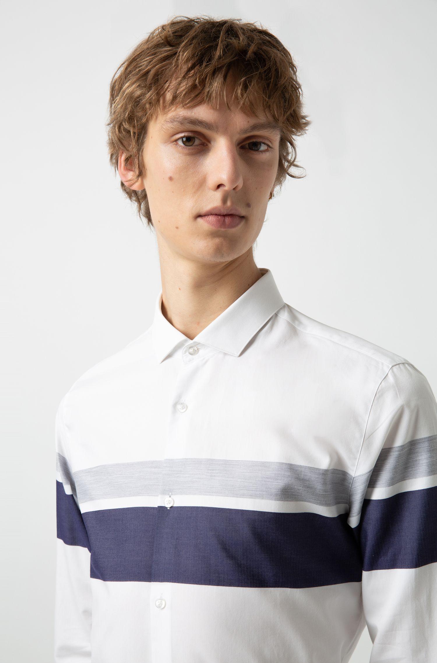 Camisa extra slim fit con rayas en bloques de color, Fantasía