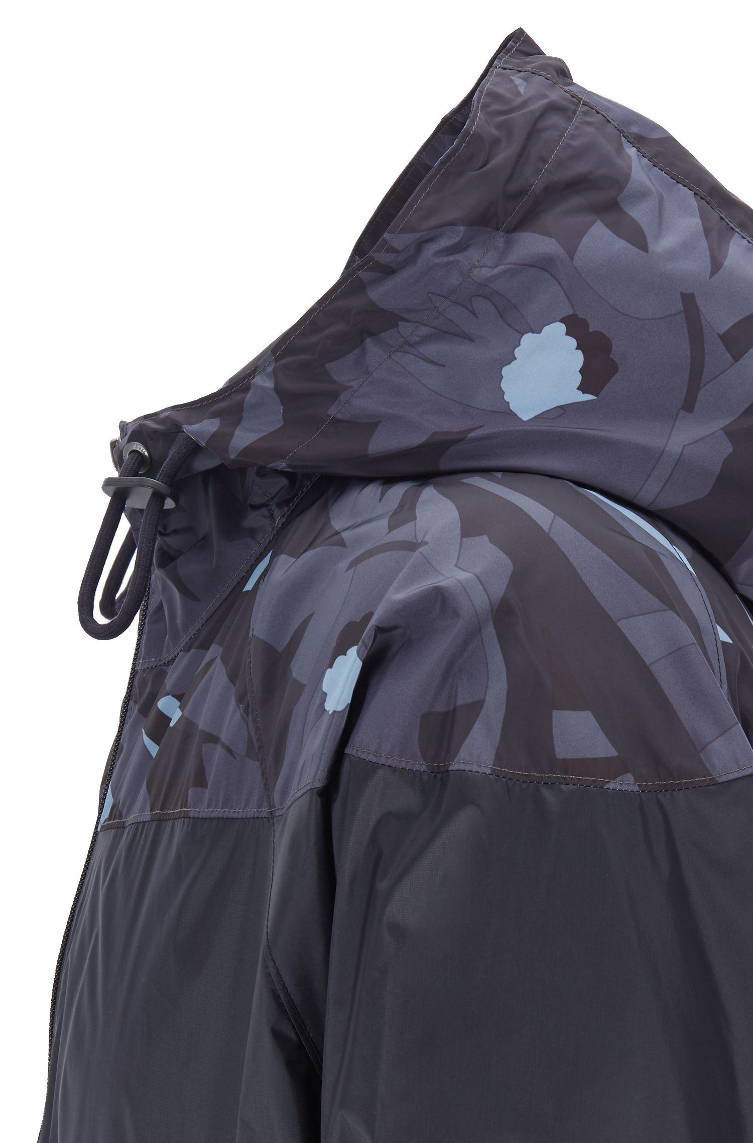 Giacca a vento ripiegabile con stampa camouflage e inserto a blocchi di colore, Blu scuro