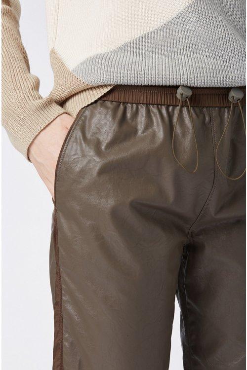 Hugo Boss - Pantalones de chándal regular fit de piel sintética con puños en los bajos - 5