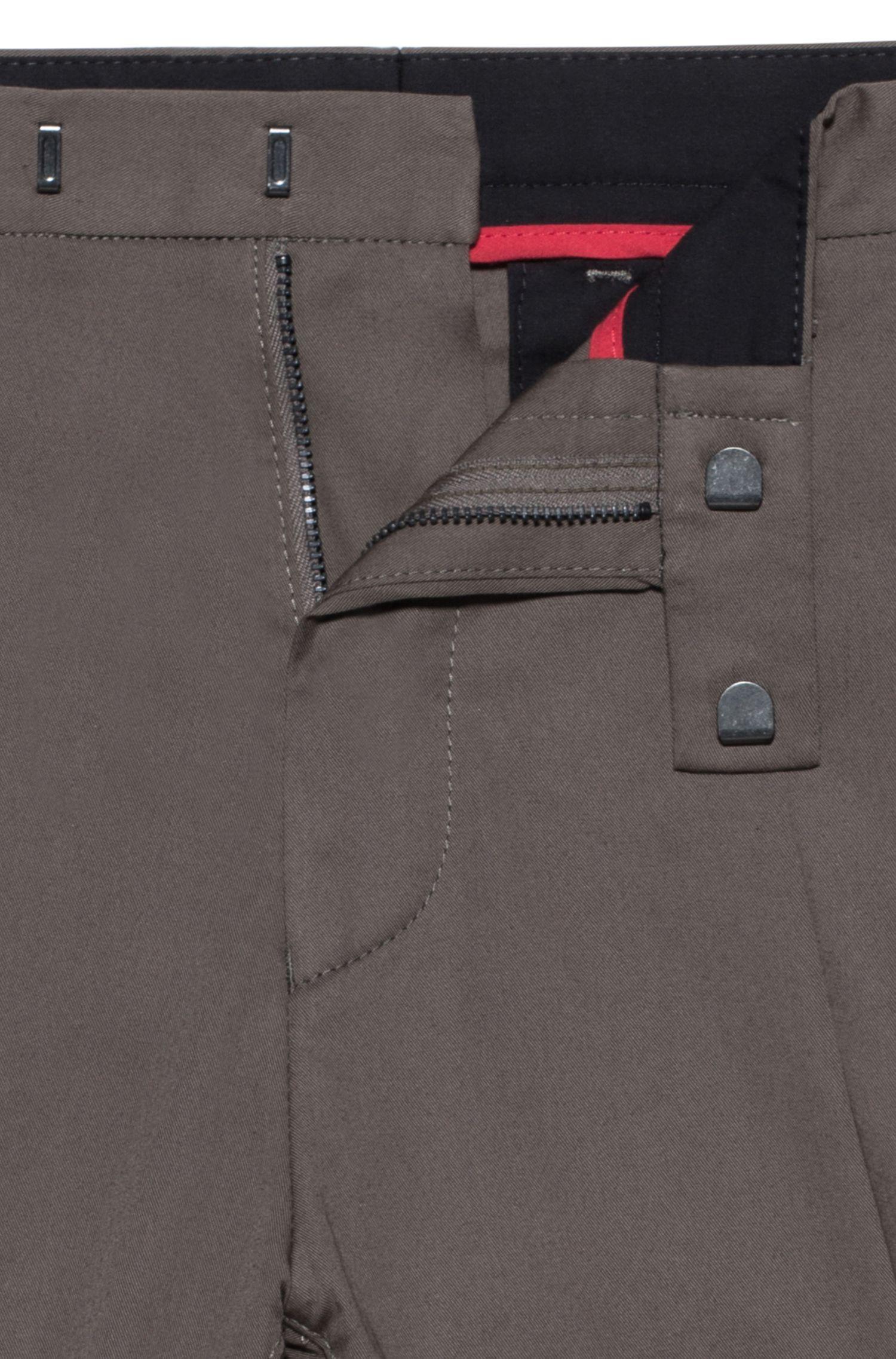Shorts slim fit en algodón elástico con detalles en contraste, Marrón