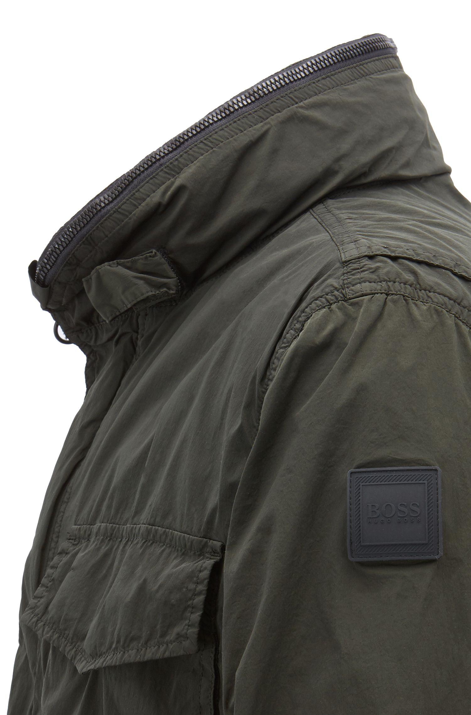 Regular-Fit Jacke aus leichtem italienischem Stretch-Gewebe mit verstaubarer Kapuze, Dunkelgrün