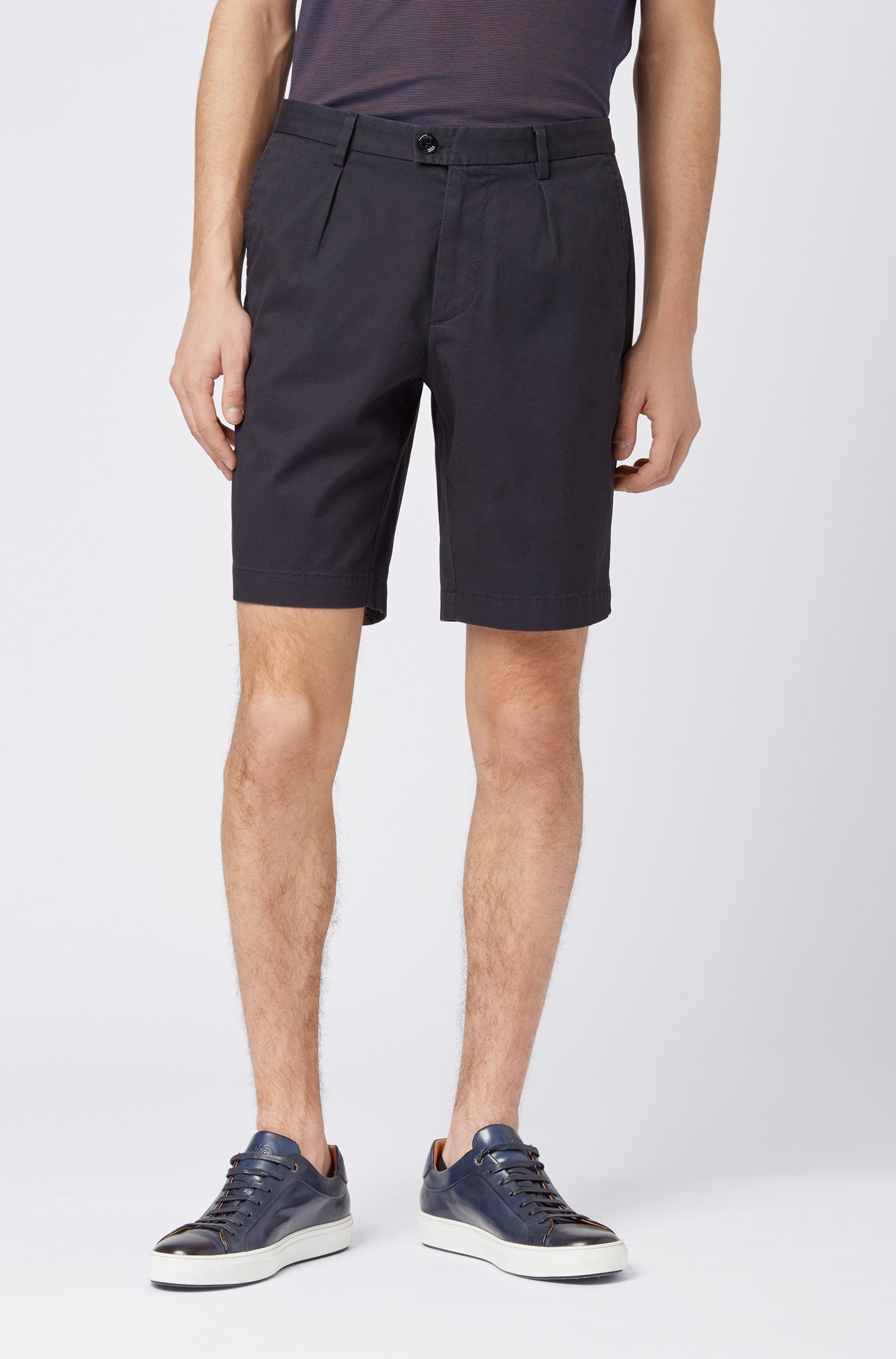 Pantaloncini slim fit in cotone elasticizzato con pince anteriori, Blu scuro