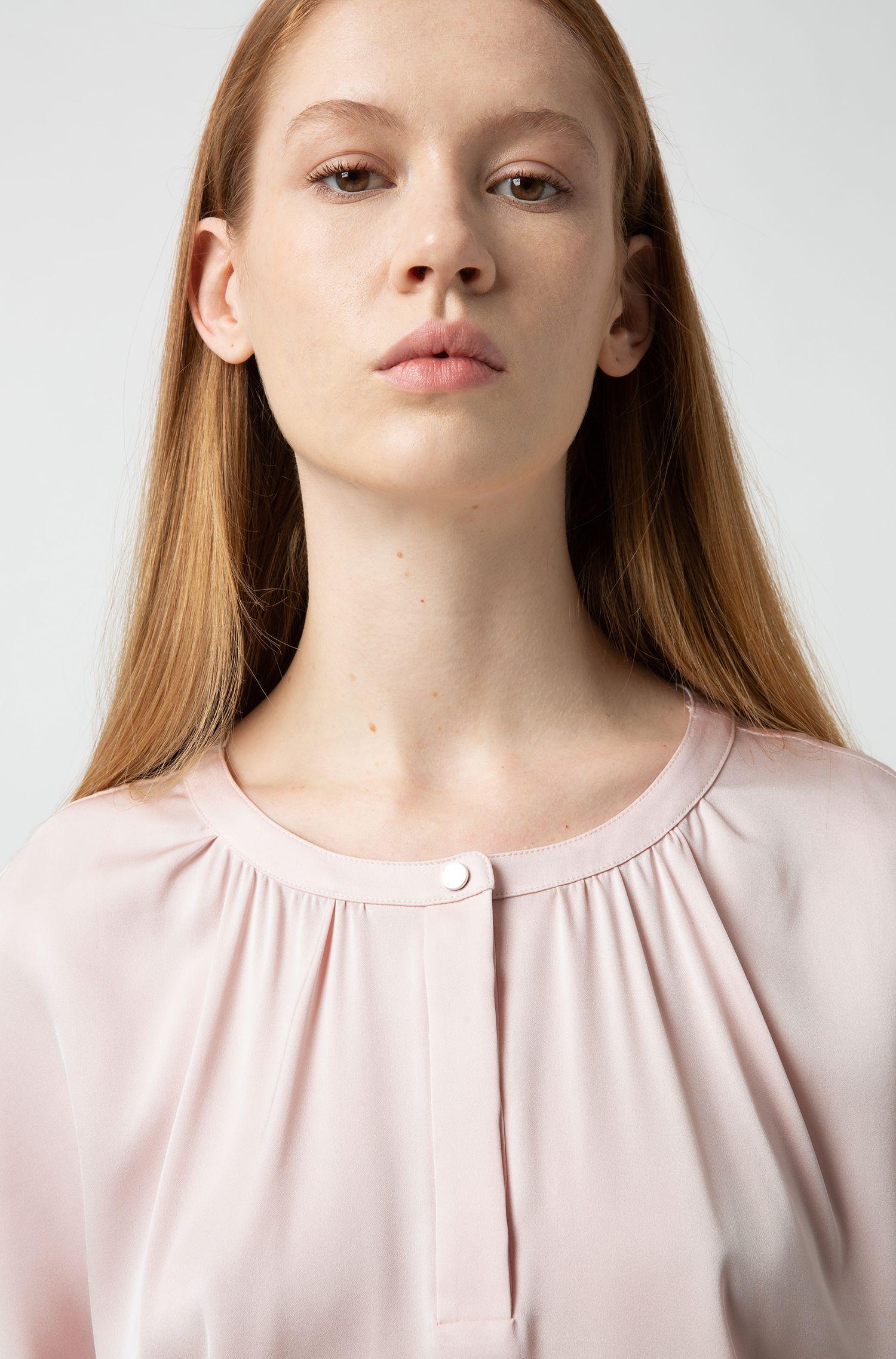 Top van stretchzijde met hals met plooitjes en drukknoop, Lichtroze