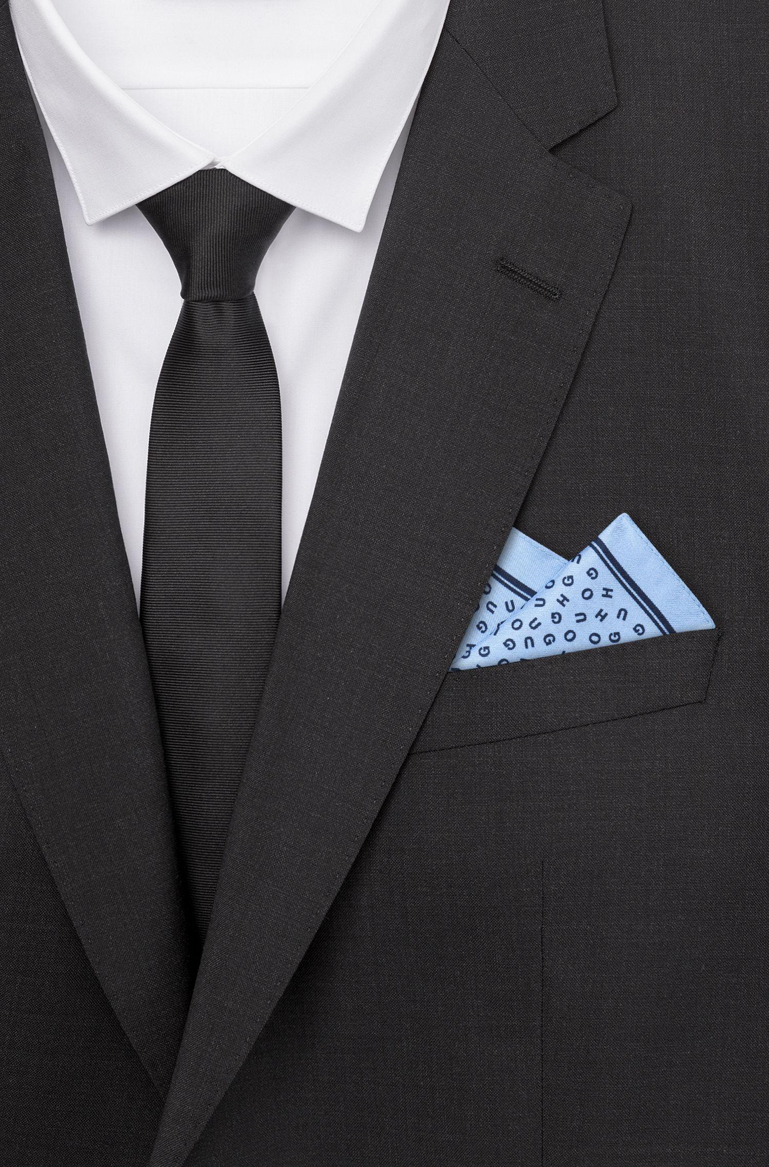 Pañuelo de bolsillo con las letras del logo en sarga de seda, Celeste