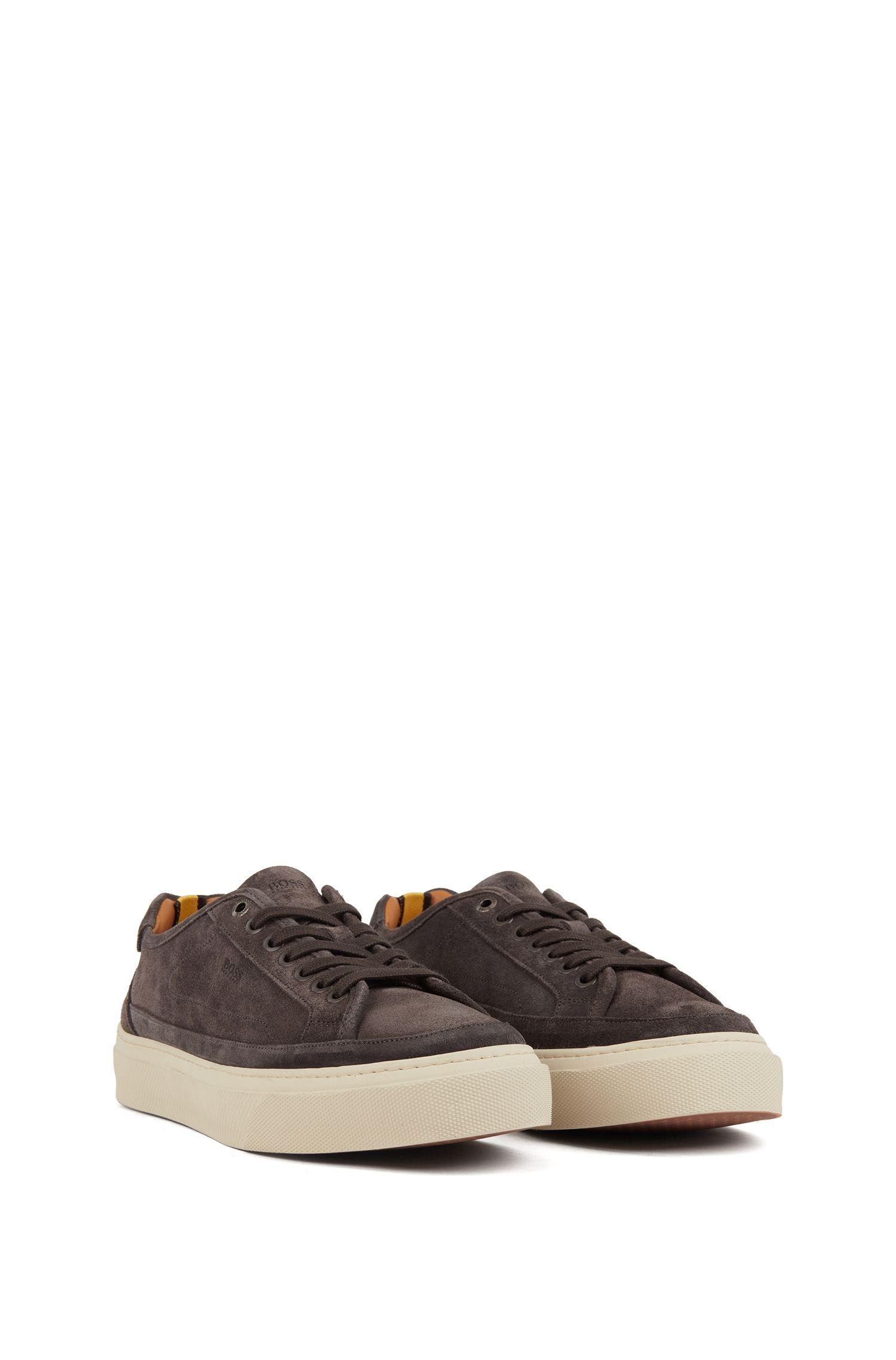 Baskets inspirées des chaussures de tennis en cuir suédé de veau avec semelle monogrammée, Gris sombre