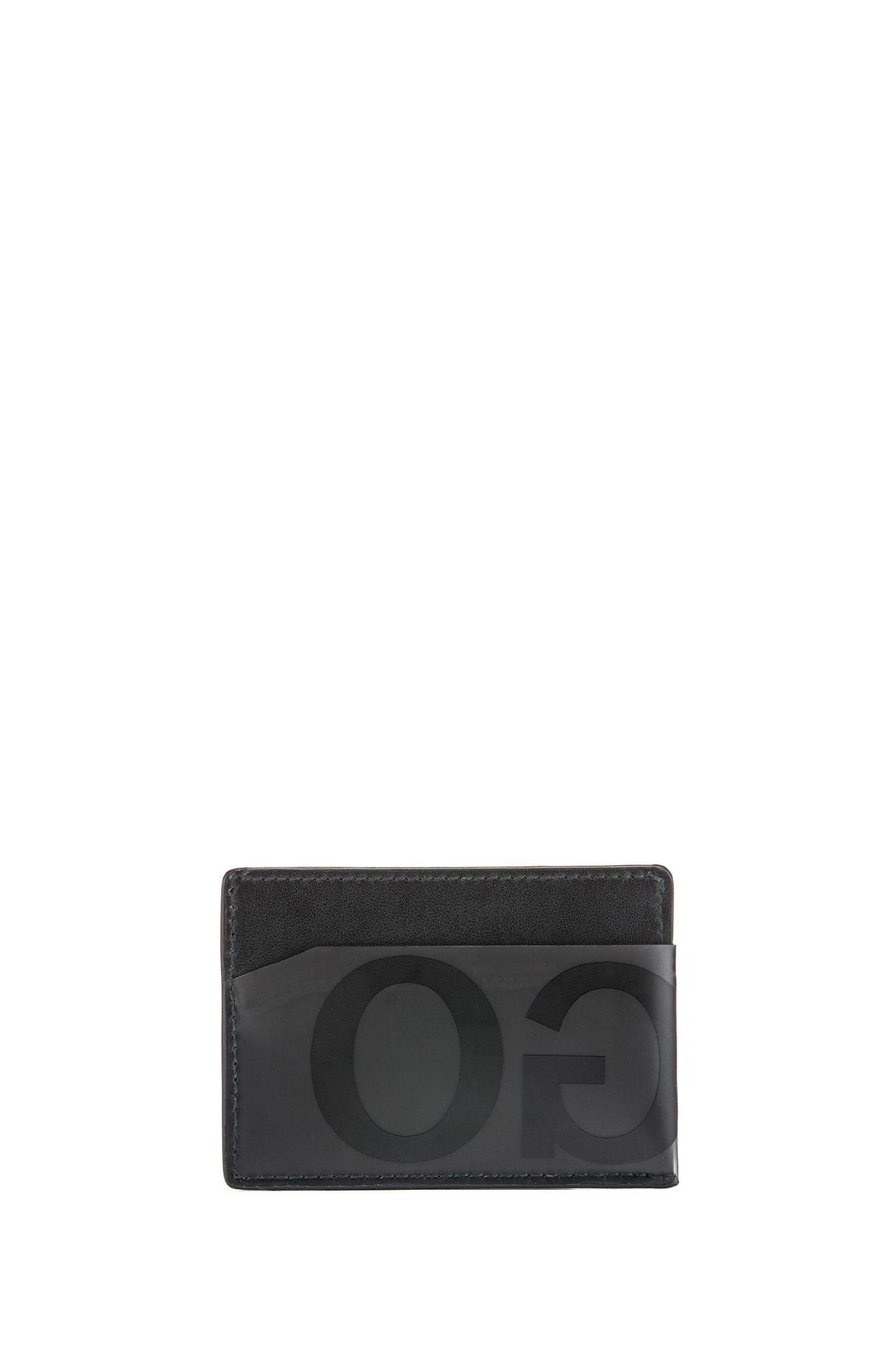 Pasjeshouder van leer met gespiegeld logo op matachtig materiaal, Zwart