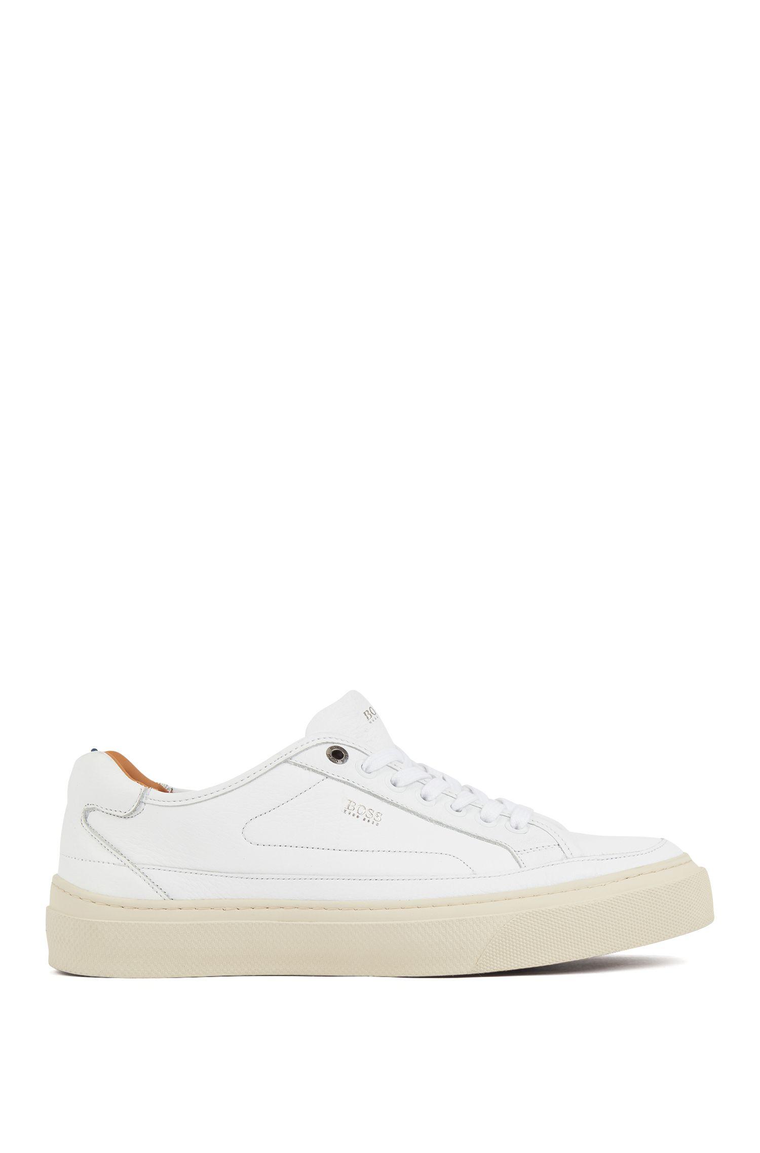 Leder-Sneakers im Tennis-Stil mit Monogramm an der Sohle, Weiß