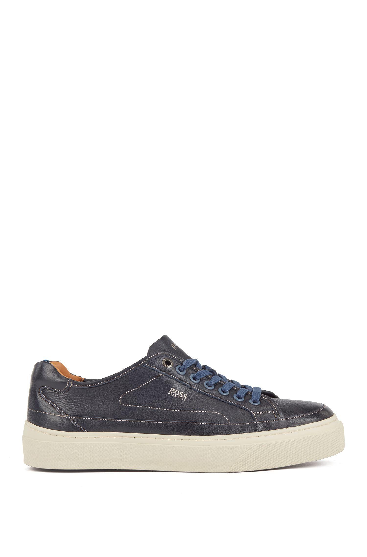 Baskets inspirées des chaussures de tennis en cuir de veau avec semelle extérieure monogrammée, Bleu foncé
