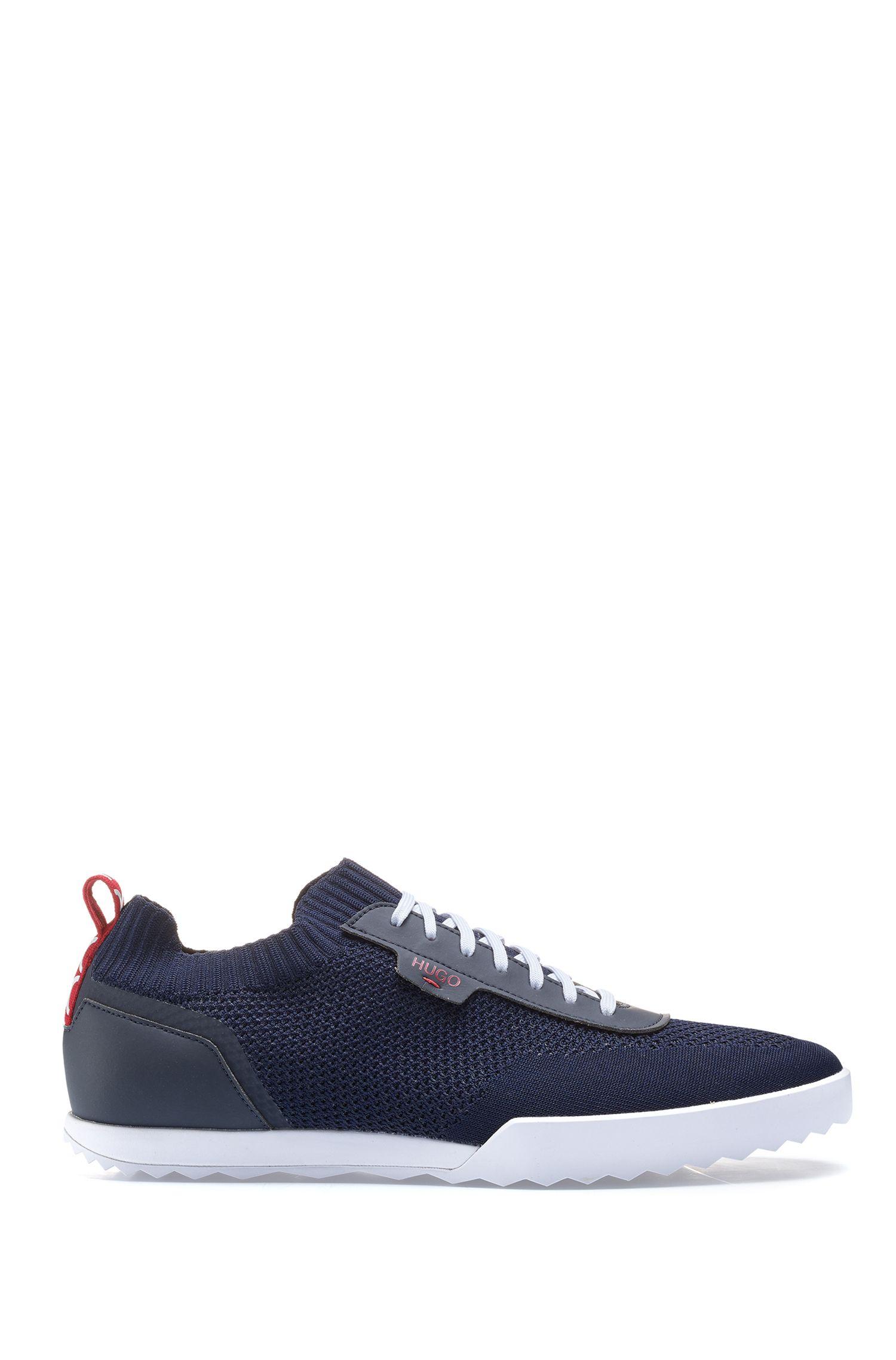 Sneakers mit Schnürsenkeln und Stricksocken, Dunkelblau