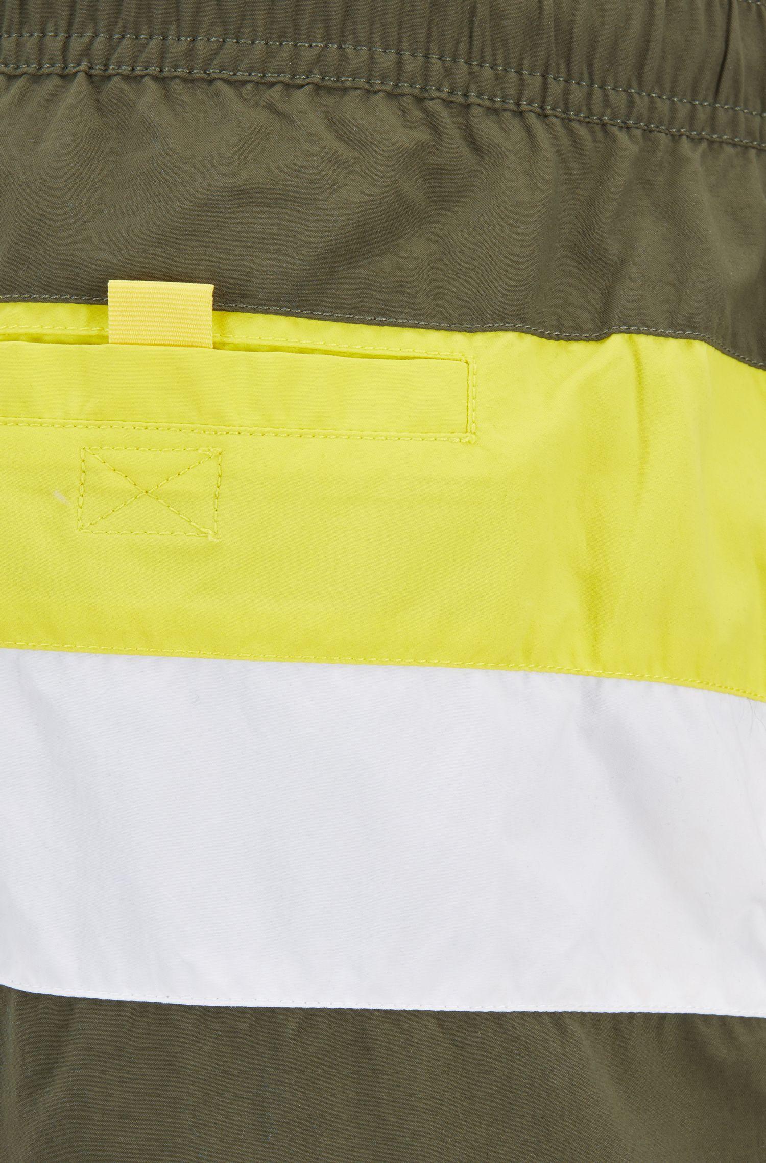 Colour-Block-Badeshorts aus gebürstetem, schnelltrocknendem Gewebe, Hellgrün