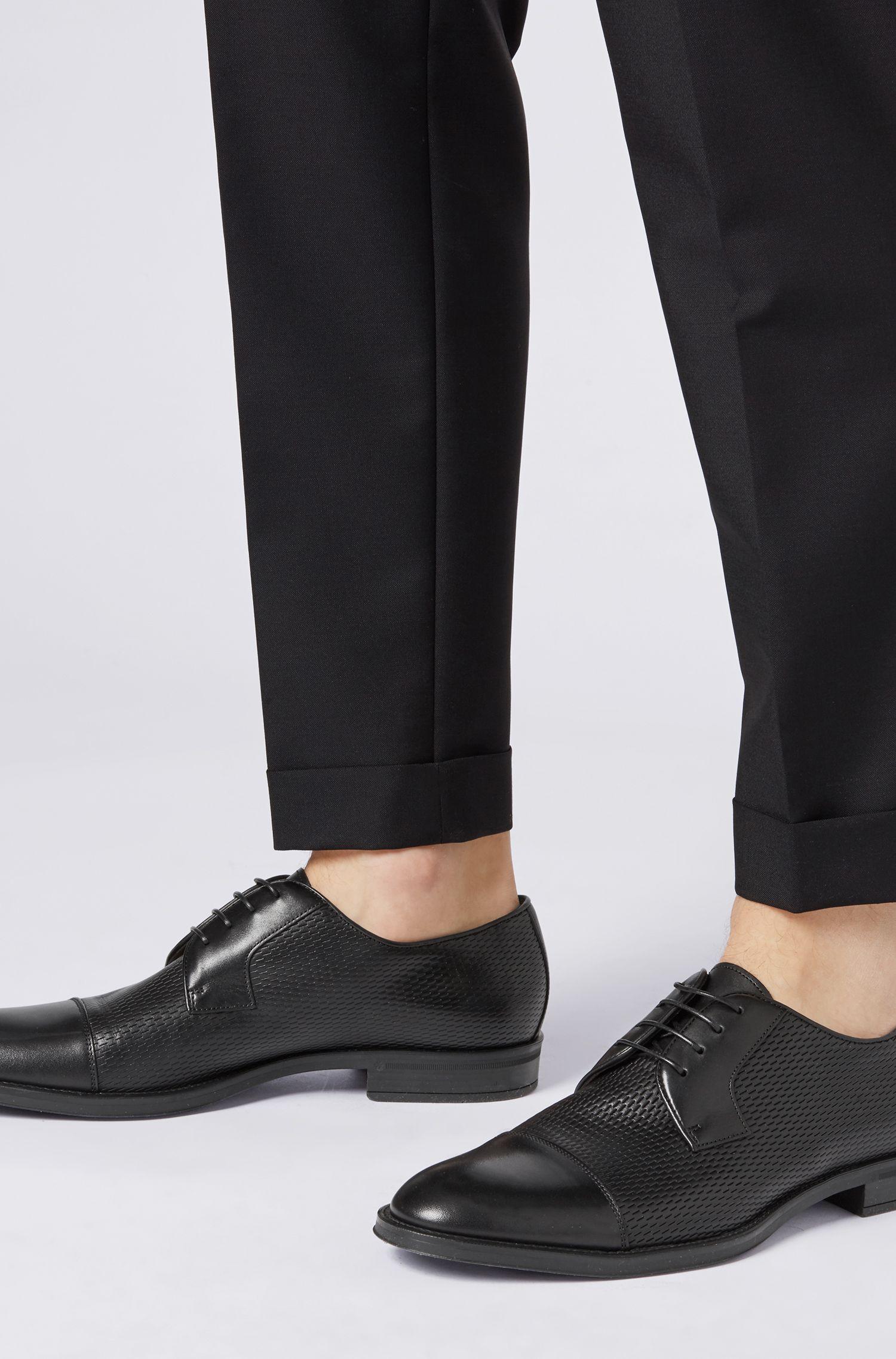 In Italië vervaardigde derbyschoenen met panelen van reliëfleer, Zwart