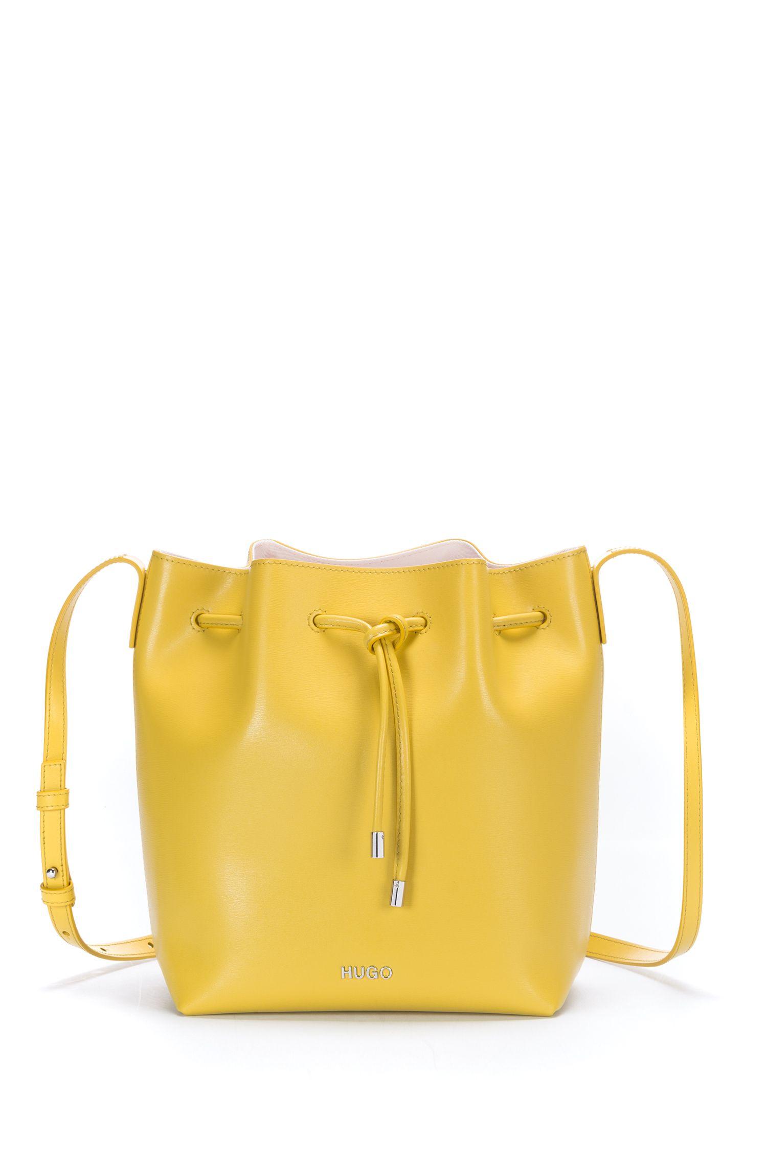 Beuteltasche aus geprägtem italienischem Leder mit Tunnelzug, Gelb