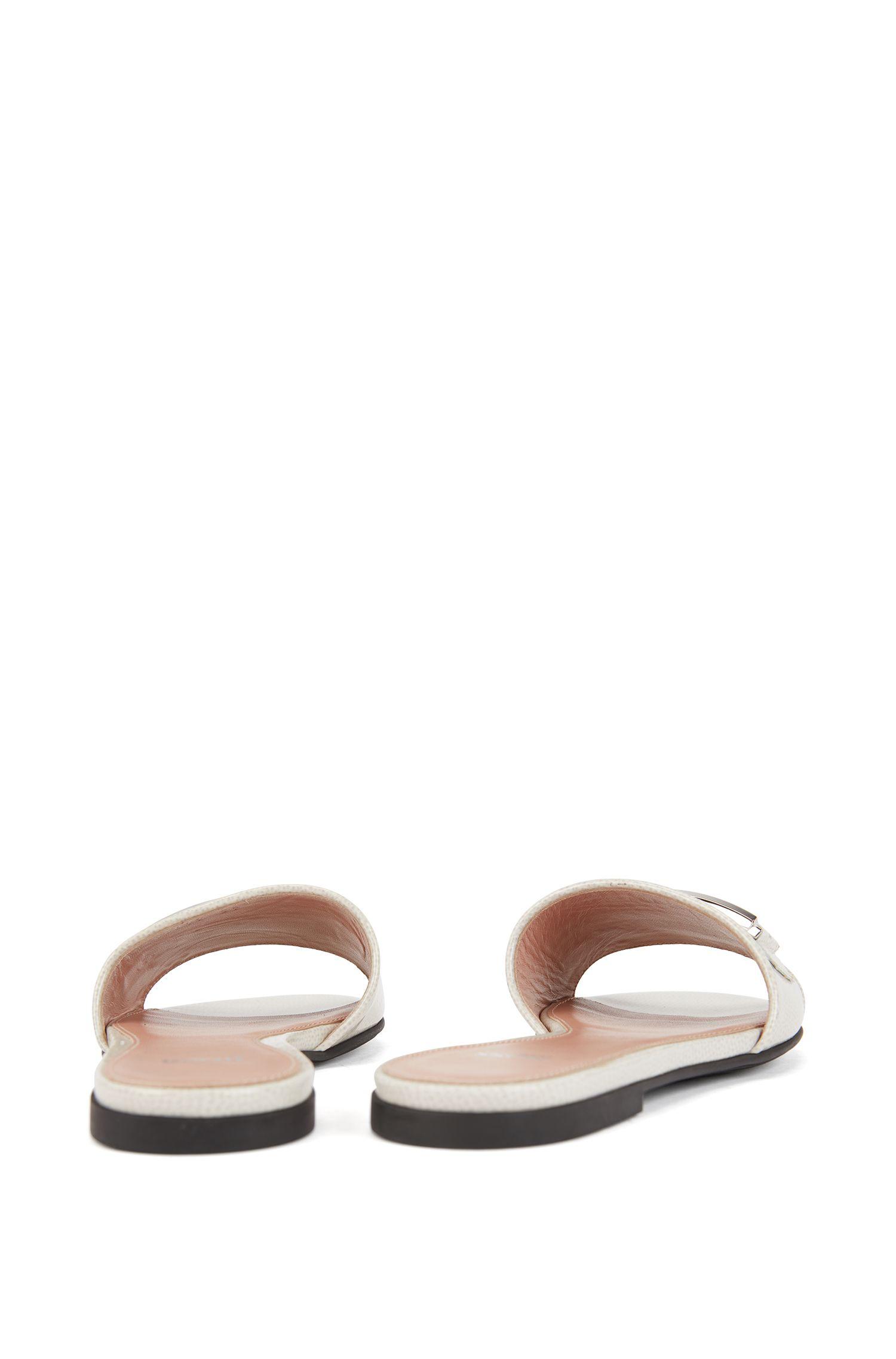 Slides aus italienischem Leder mit Saffiano-Prägung und charakteristischem Metall-Detail, Hellgrau