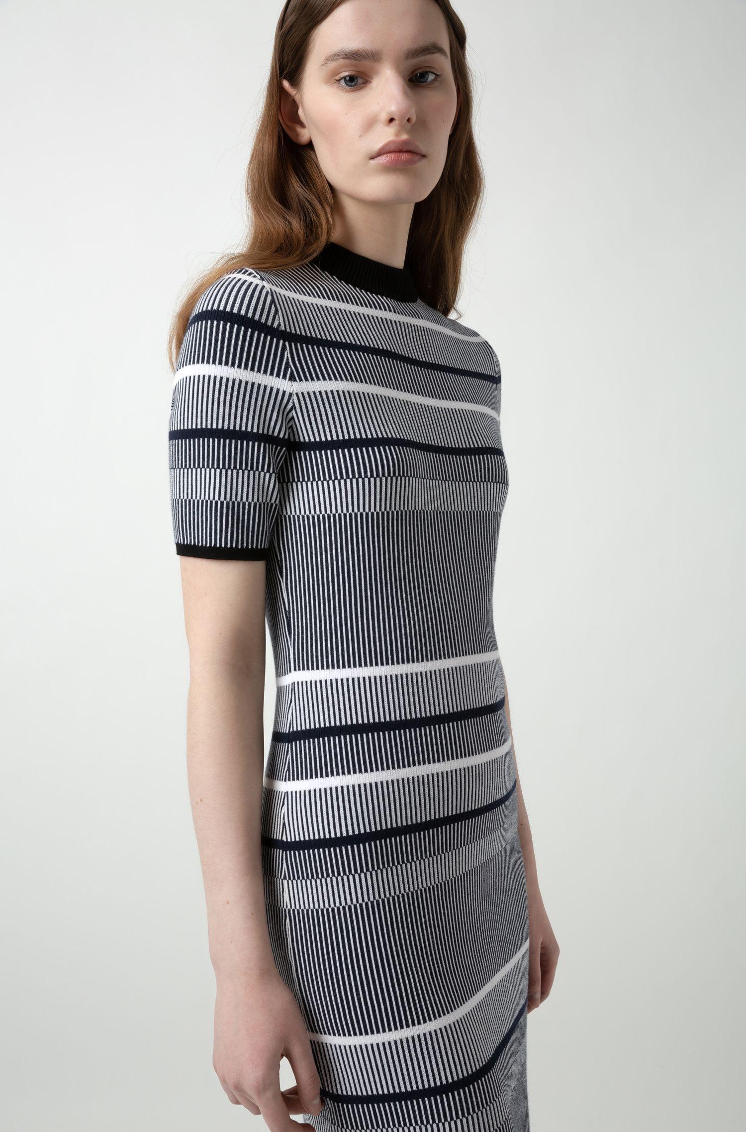 Slim-fit gebreide jurk van gestreept superelastisch materiaal, Bedrukt