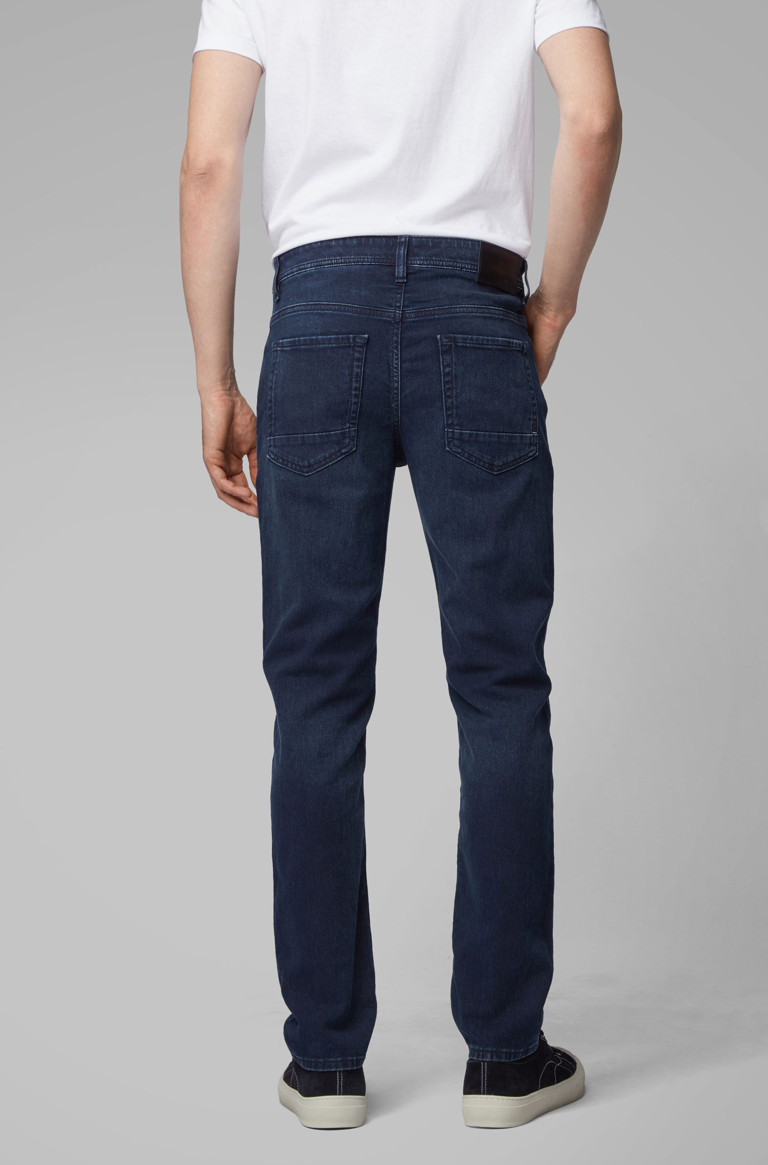 Tapered-Fit Jeans aus gestricktem Stretch-Denim mit überfärbtem Finish, Dunkelblau