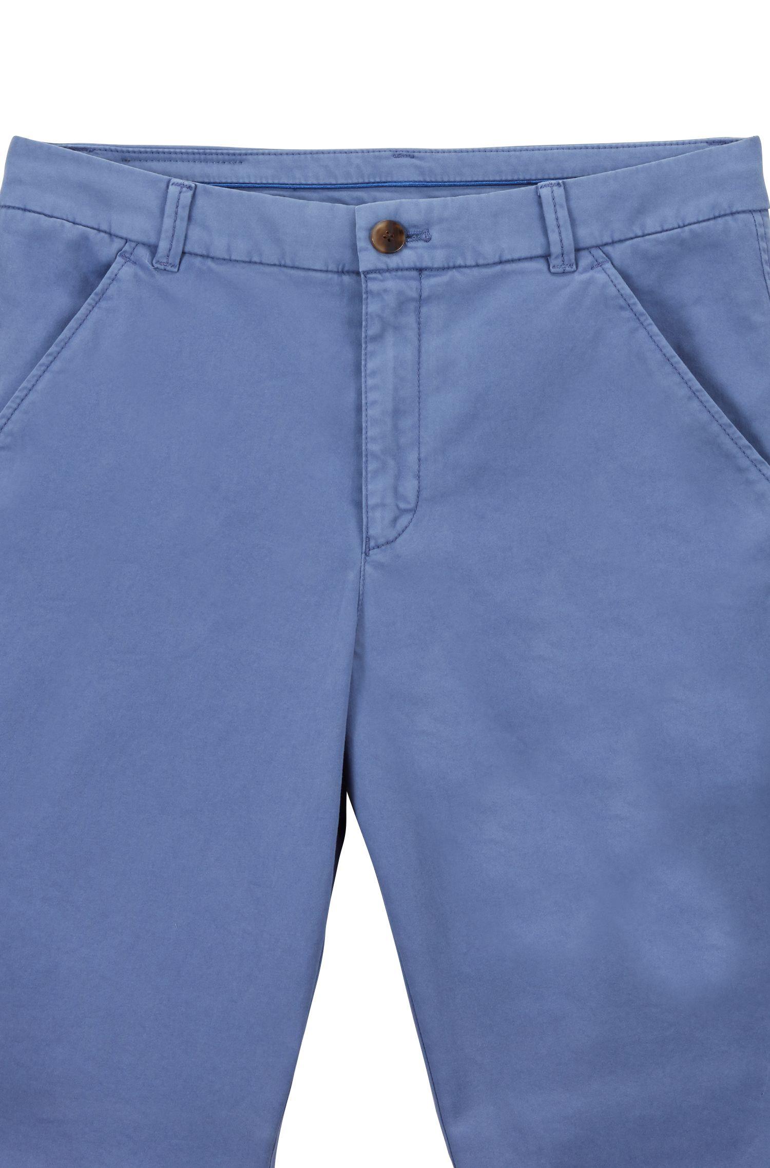 Chino Regular Fit court en coton stretch satiné, Bleu