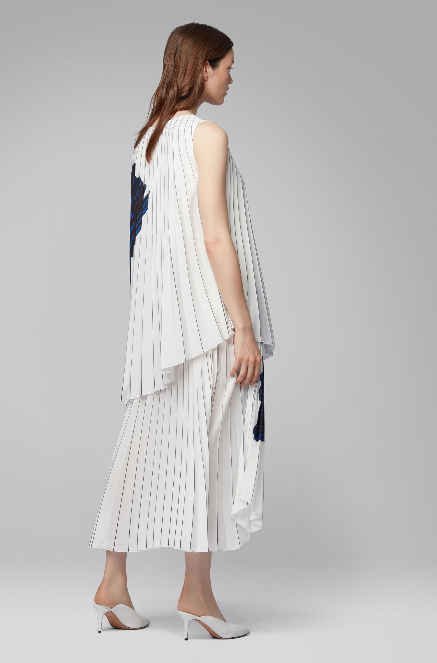 Sleeveless dress in printed plissé with asymmetric layering, Patterned
