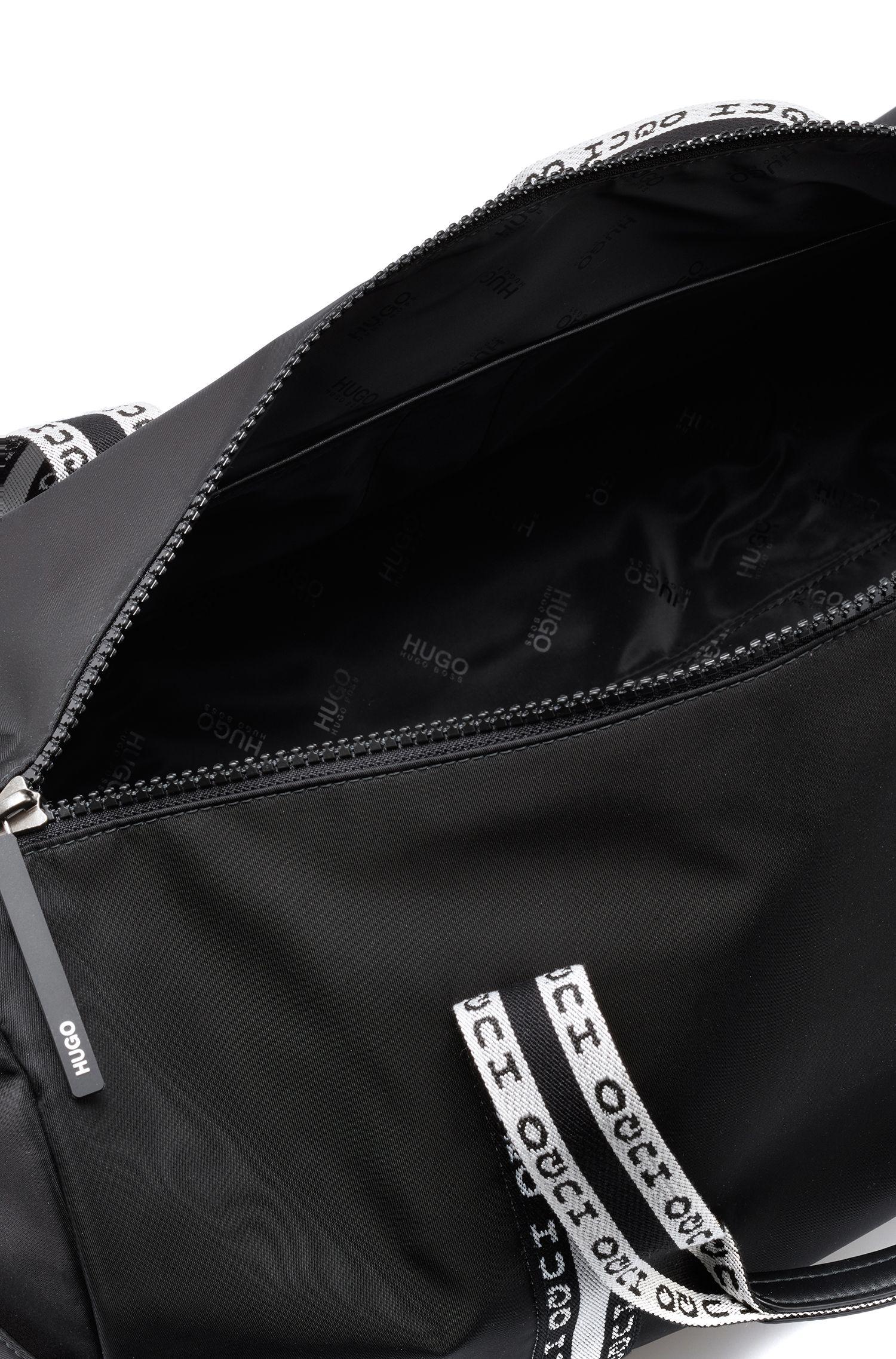 Weekendtas in een gabardine van technisch materiaal met gespiegeld logo, Zwart