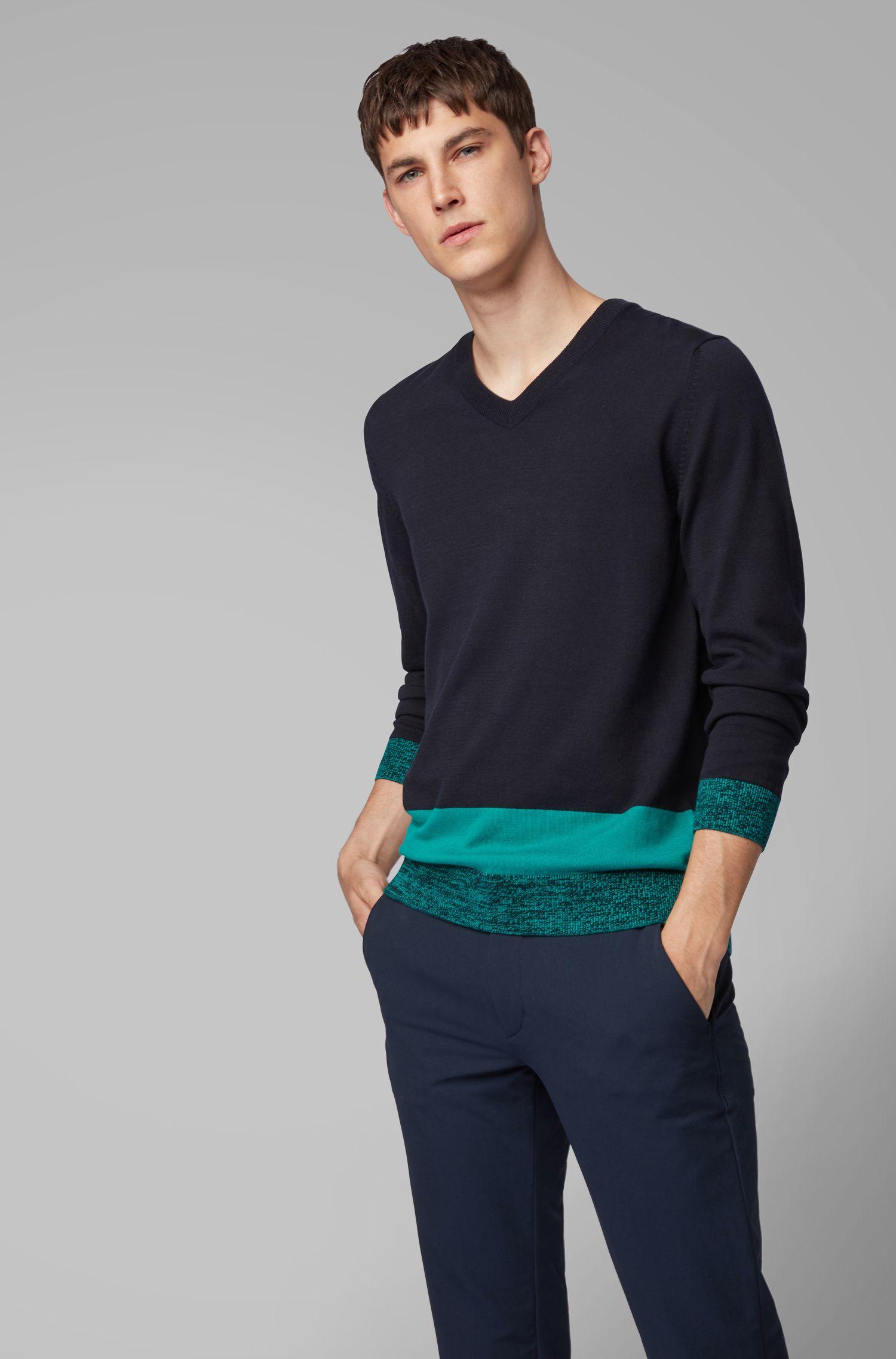 Maglione in cotone Pima italiano con scollo a V e orlo a blocchi di colore, Blu scuro