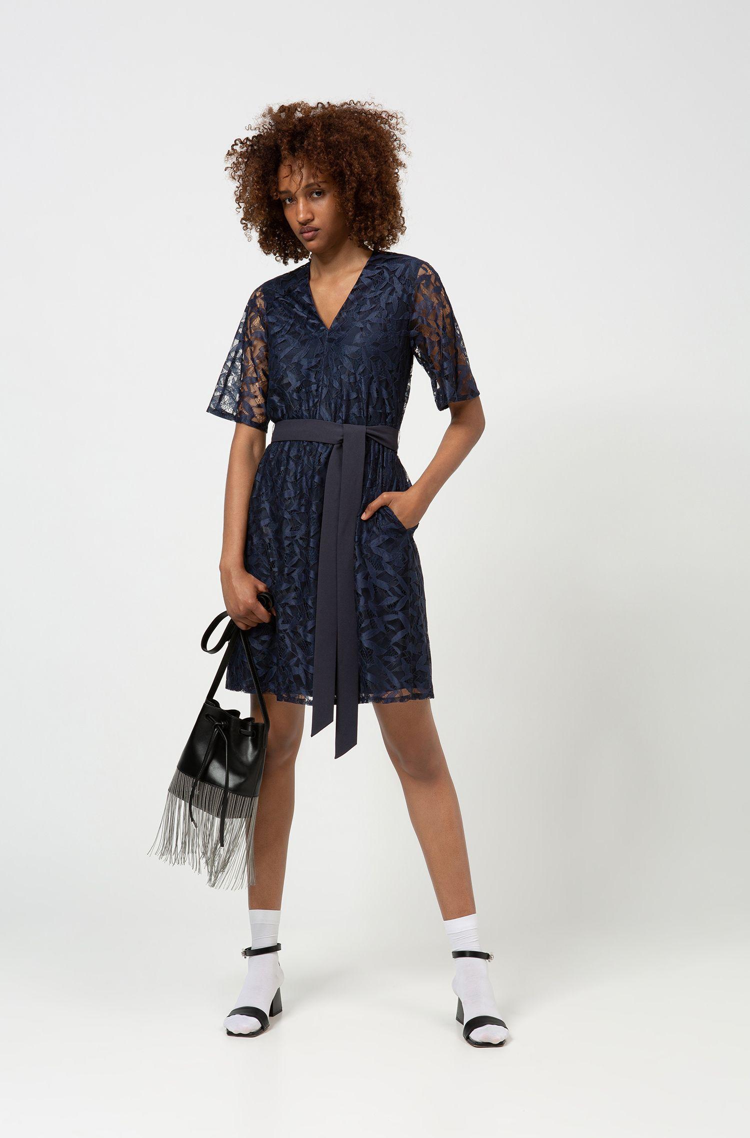 Kanten jurk met V-hals en een strikceintuur, Donkerblauw