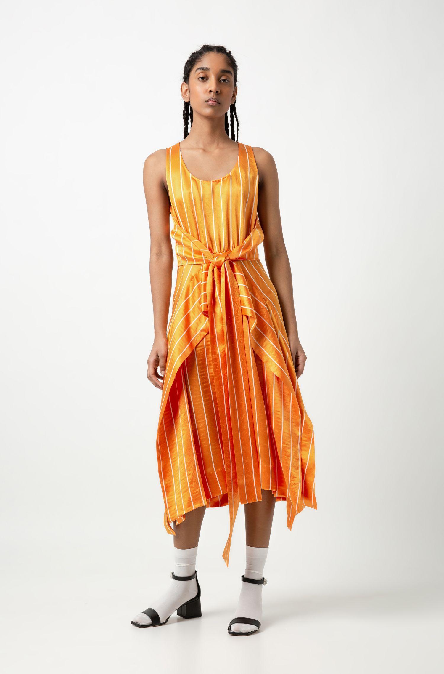 Gestreepte midi-jurk met striktaille en volant-overslag, Bedrukt