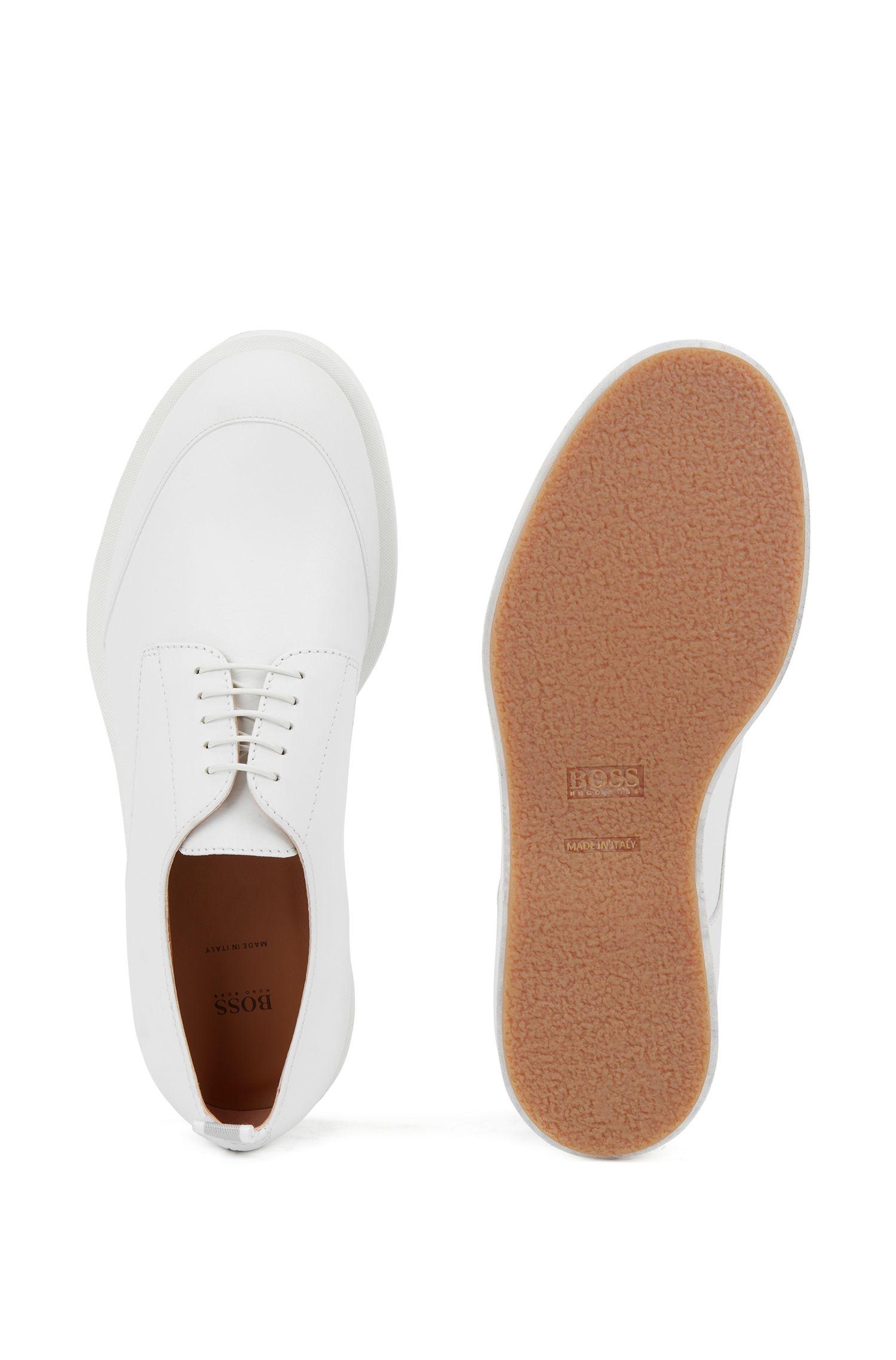 Derbyschoenen van leer met gerubberde stootrand, van Italiaans fabricaat, Wit