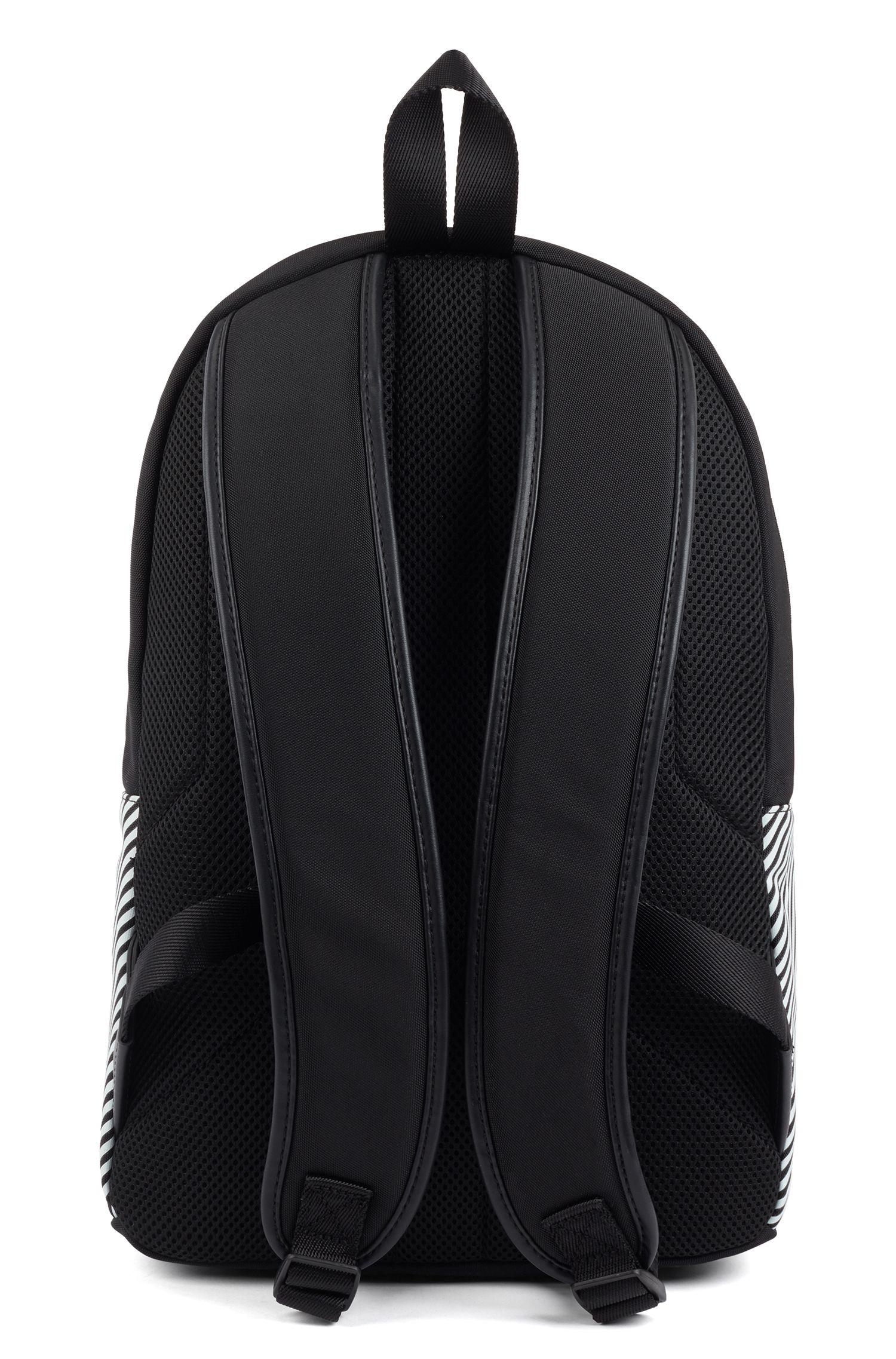 Rucksack aus strukturiertem Nylon mit Reißverschluss und Streifen, Gemustert